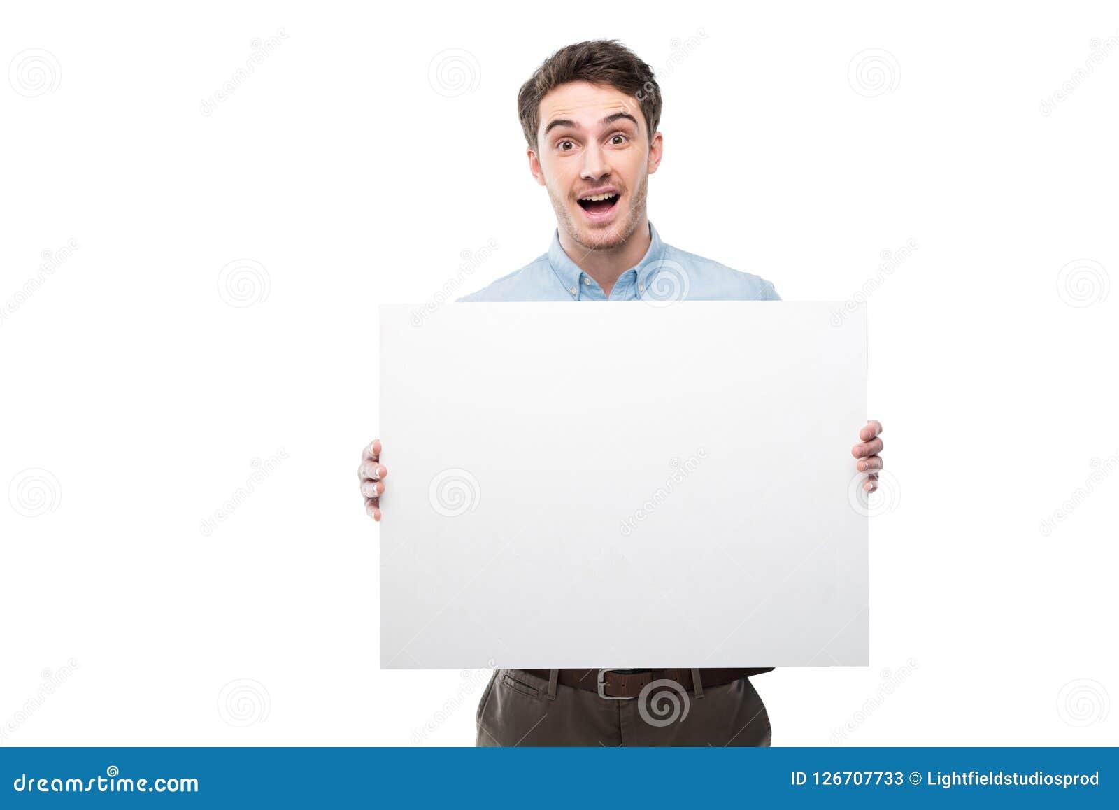 Uomo emozionante bello con la carta in bianco