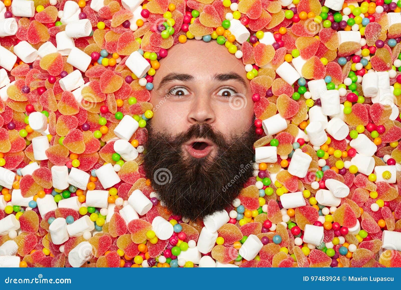 Uomo emozionante in caramelle e dolci