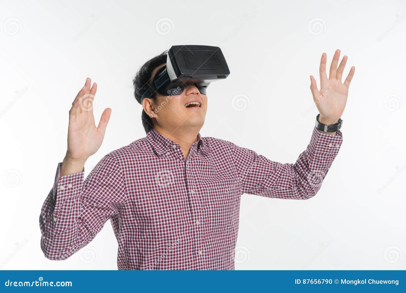 Uomo emozionante che avverte realtà virtuale tramite cuffia avricolare di VR