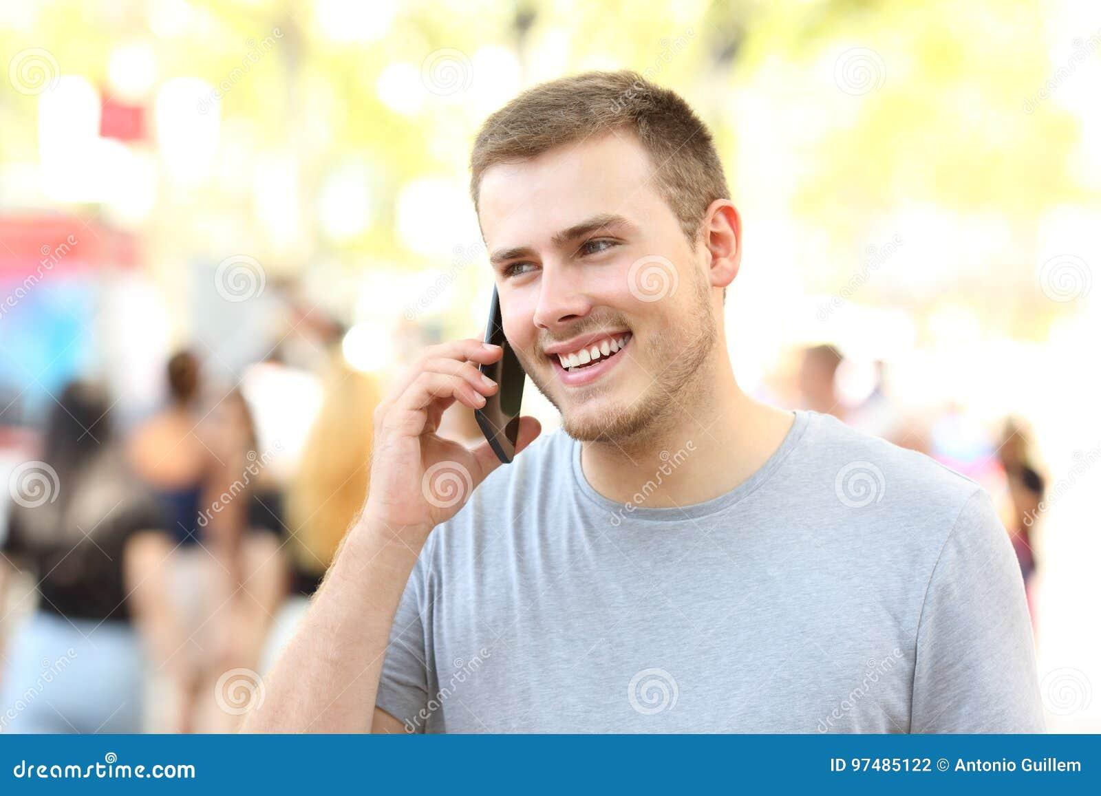 Uomo felice che ha una conversazione telefonica