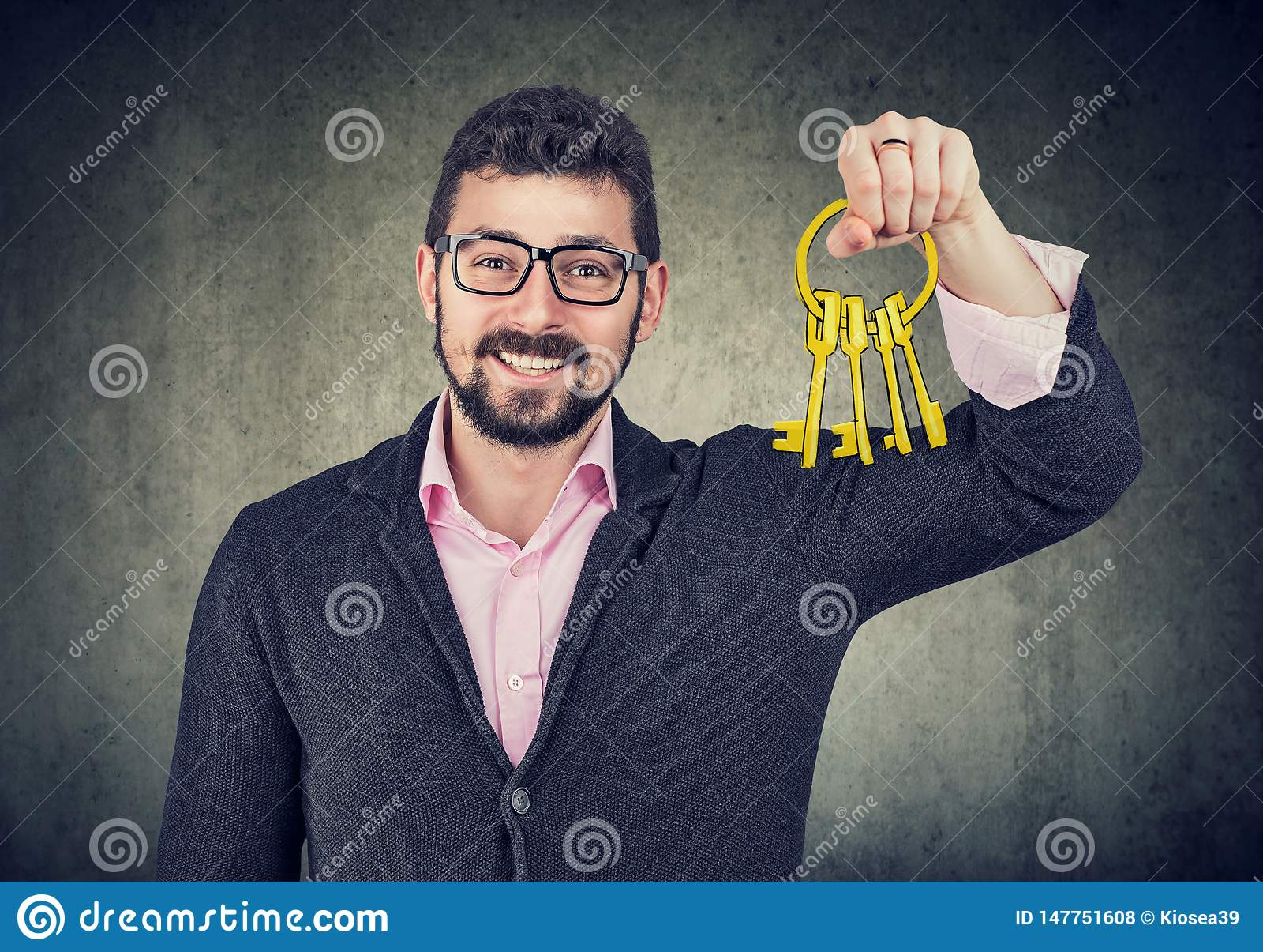 Uomo felice che tiene le vecchie chiavi