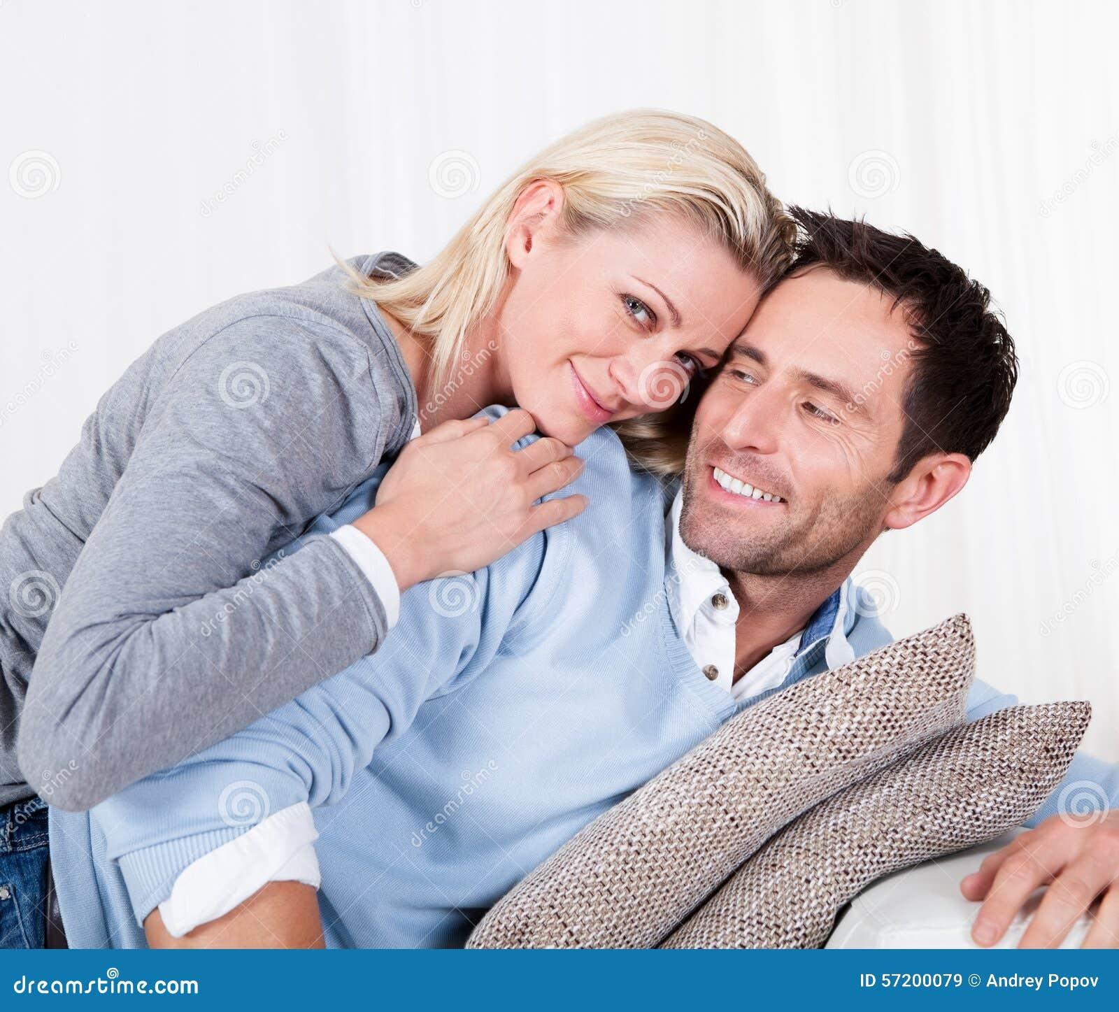 Uomo felice e donna che stringono a sé