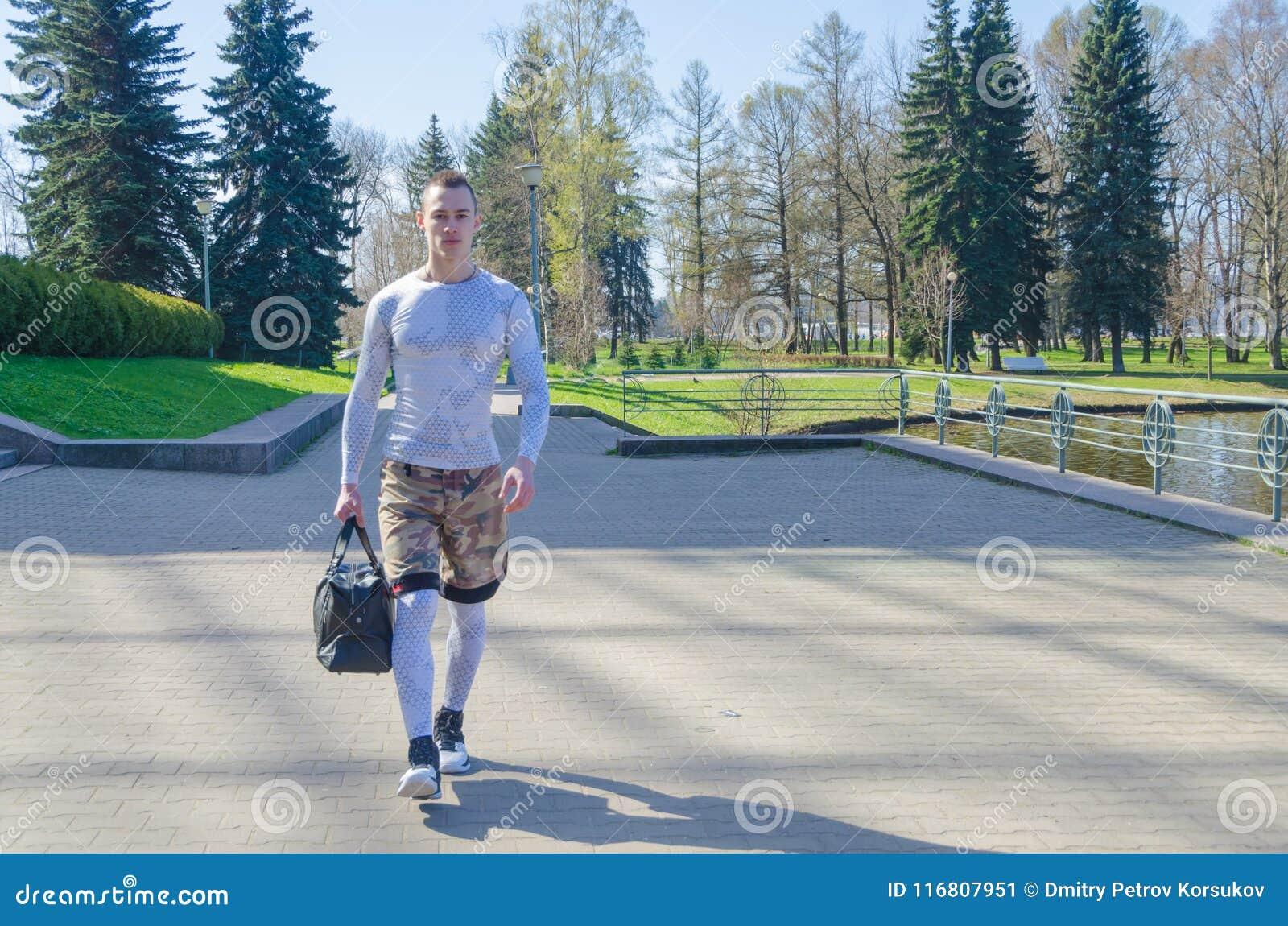 Uomo forte in vestiti bianchi di sport