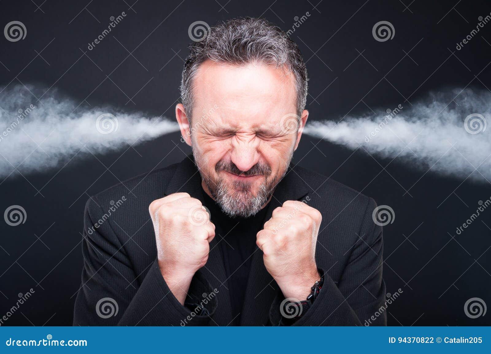 Uomo frustrato arrabbiato con la testa d esplosione