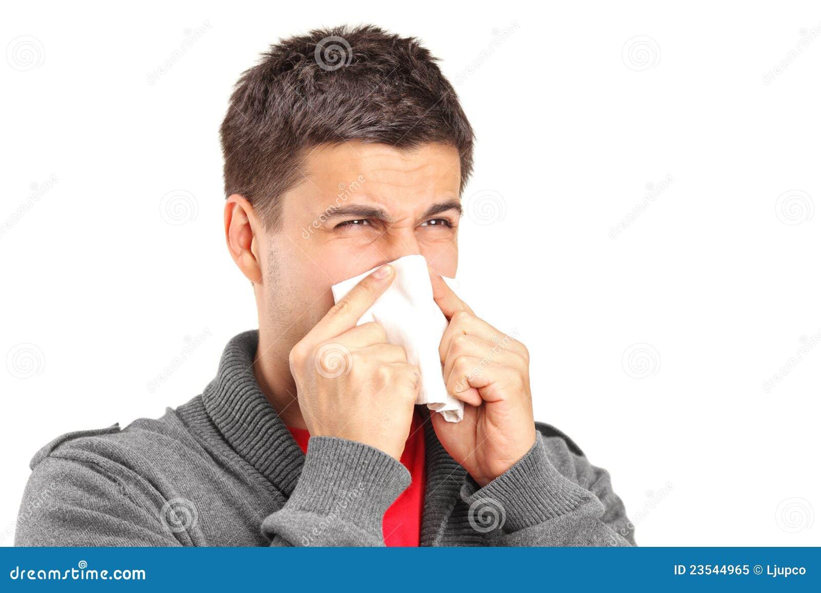 Uomo infettato che salta il suo radiatore anteriore in carta velina