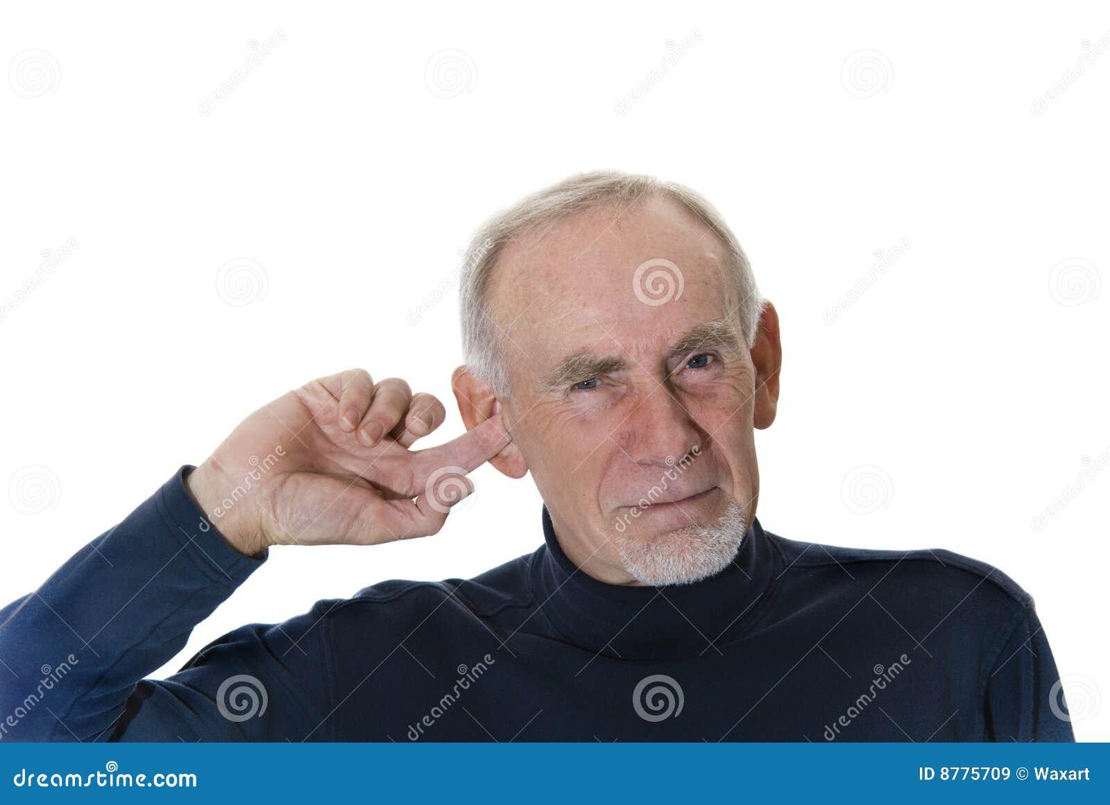 Uomo maggiore che pulisce fuori il suo orecchio