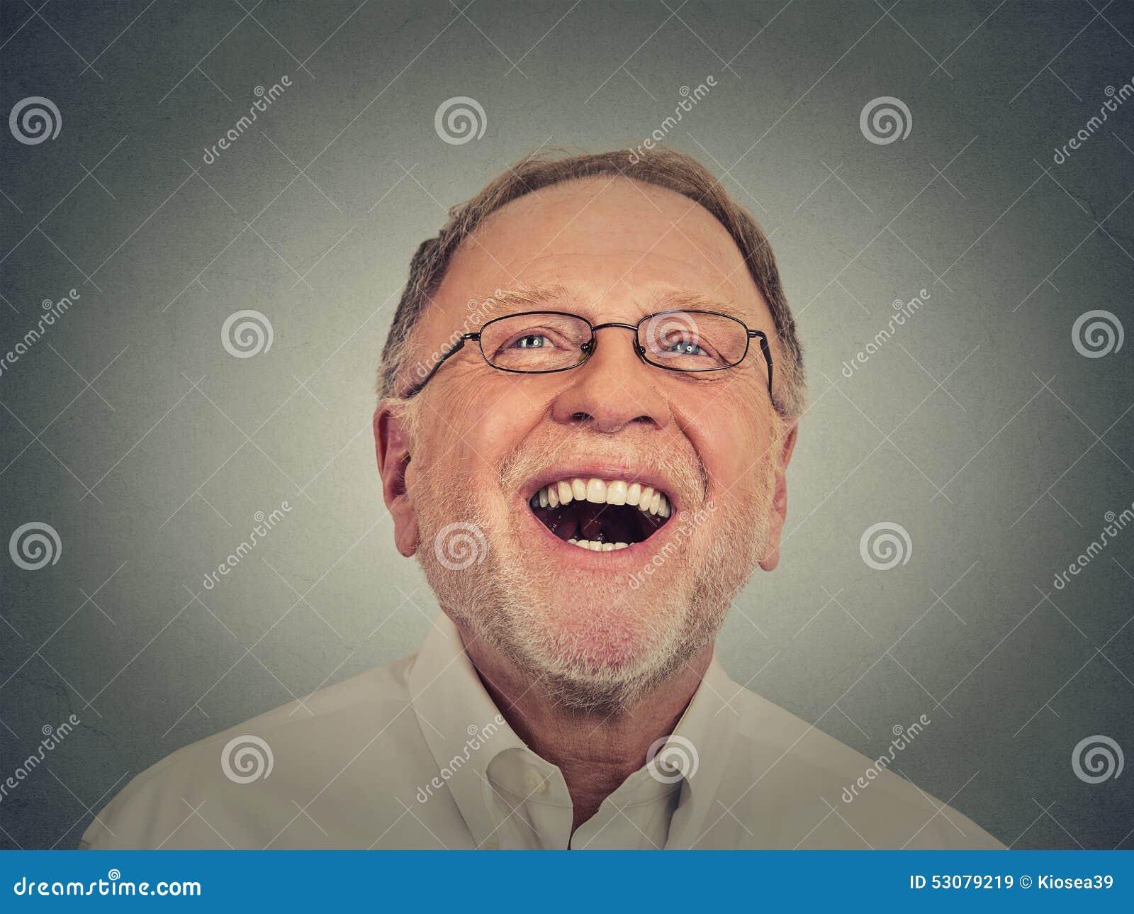 Uomo maggiore di risata