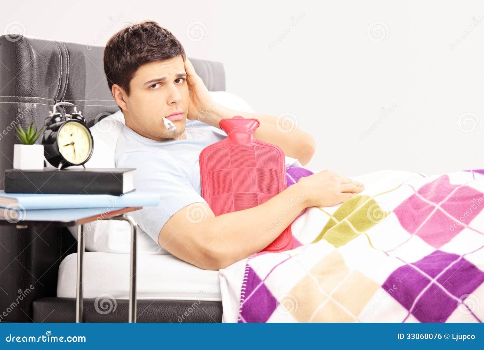Uomo malato a letto che ha un 39 emicrania con il termometro - Come dominare un uomo a letto ...