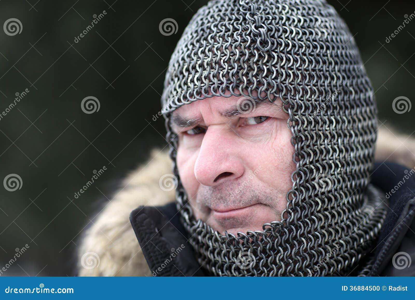 Download Uomo maturo in armatura fotografia stock. Immagine di posta - 36884500