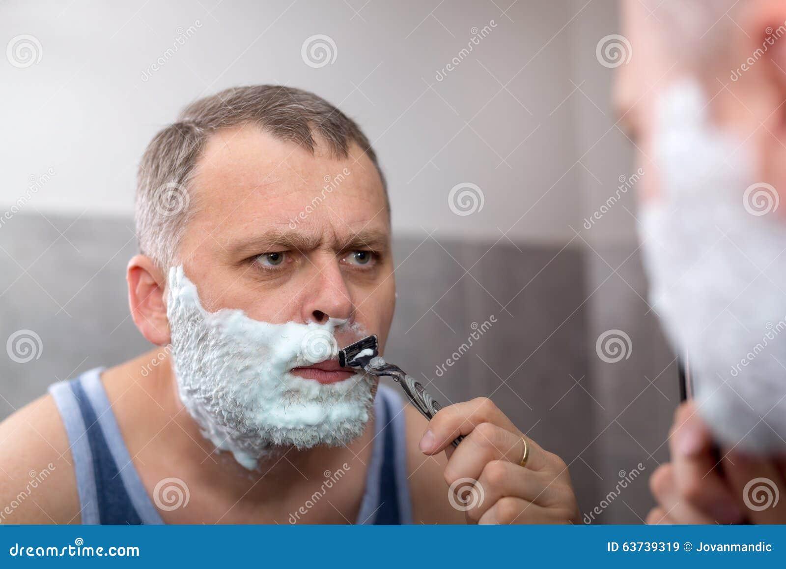 Uomo maturo che si rade davanti allo specchio immagine stock immagine di adulto foam 63739319 - Bambini che si guardano allo specchio ...