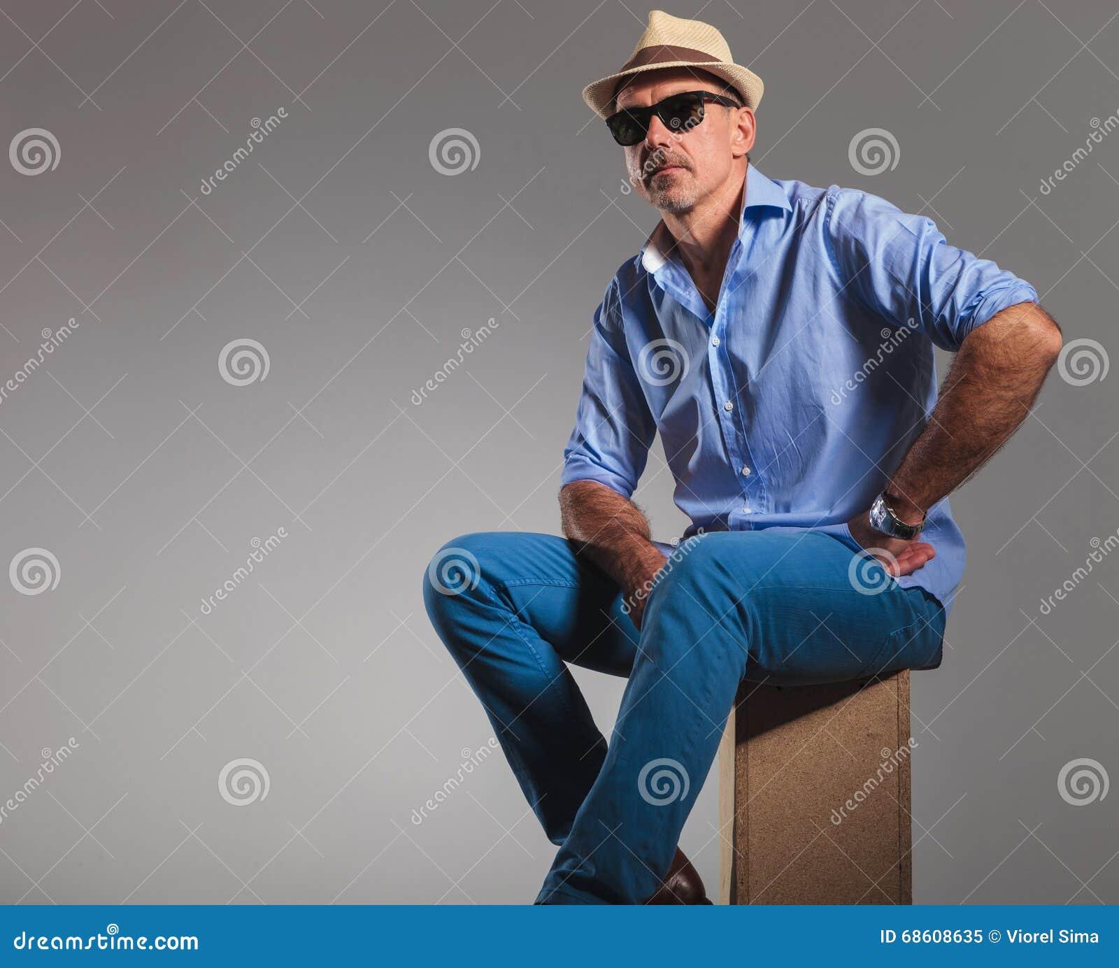 Uomo Indossano Da Gli Che Sole Jeans Maturo Cappello Occhiali E In fnraR6wf