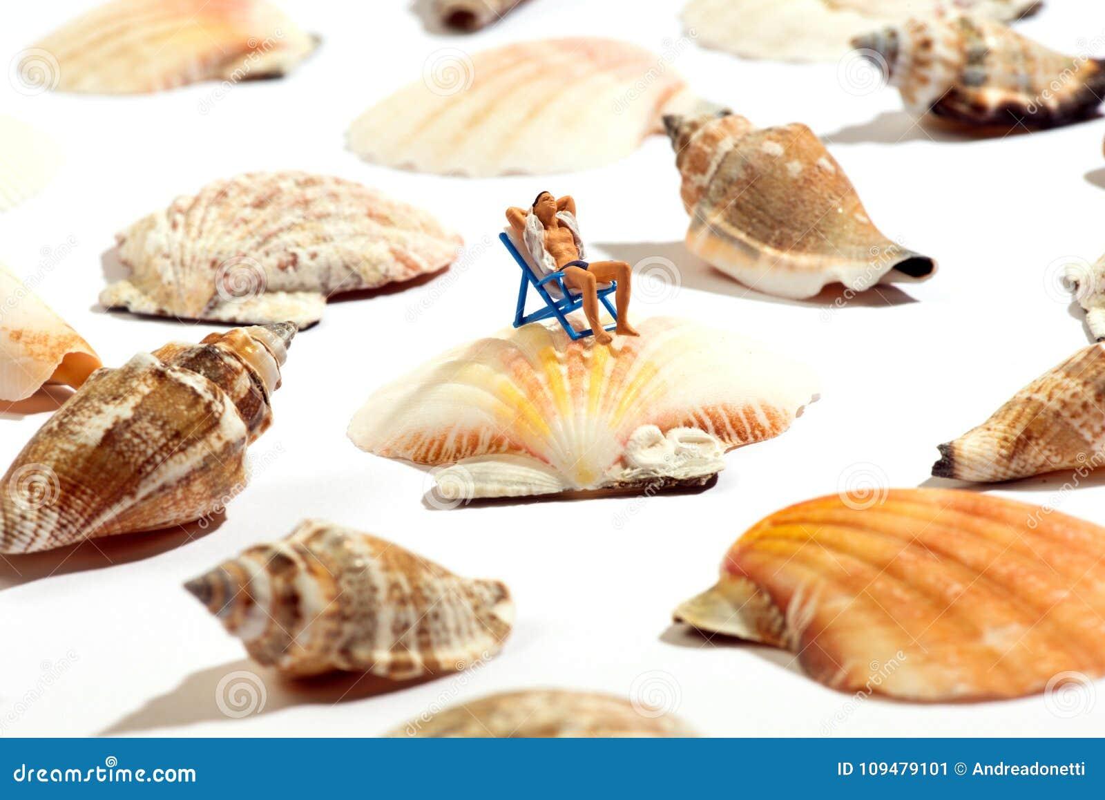 Sedie A Sdraio In Miniatura.Uomo Miniatura Che Prende Il Sole In Una Sedia A Sdraio Immagine