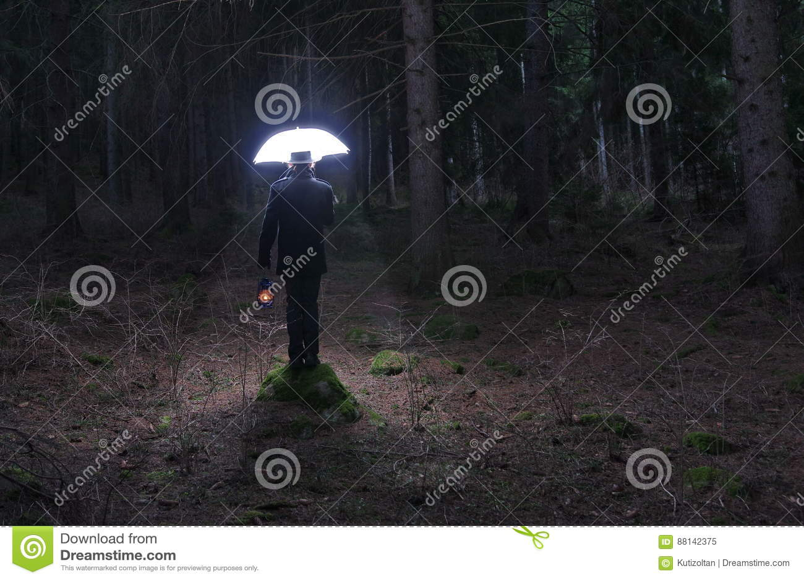 Uomo misterioso e l ombrello di illuminazione immagine stock