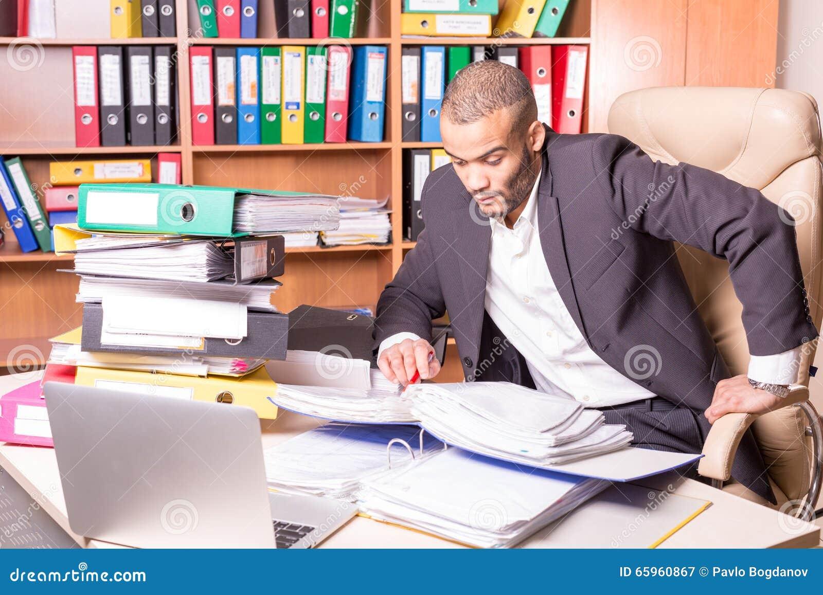 Uomo molto occupato in ufficio