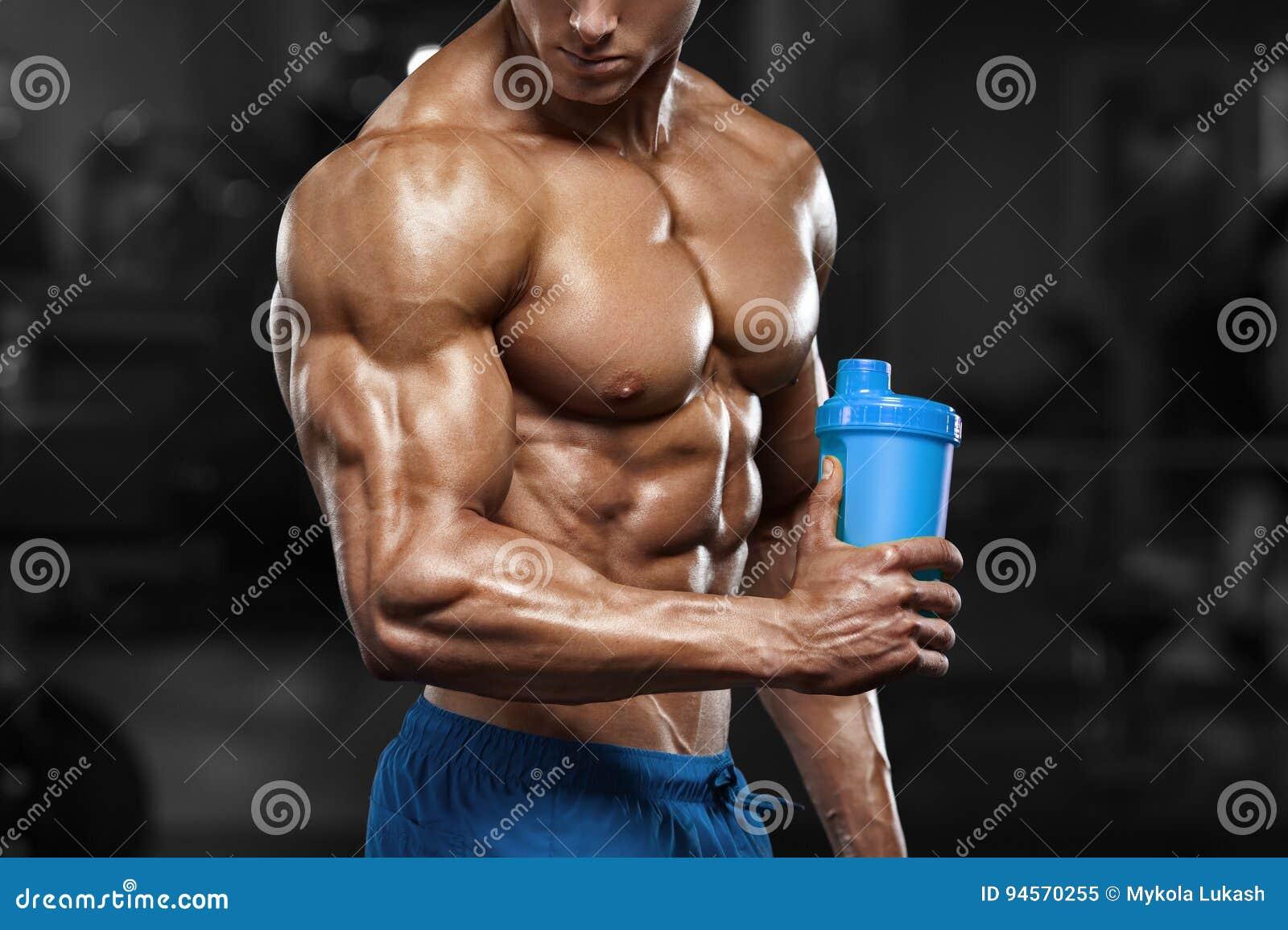 Uomo muscolare in palestra con l agitatore, addominale a forma di Forte ABS nudo maschio del torso, risolvente