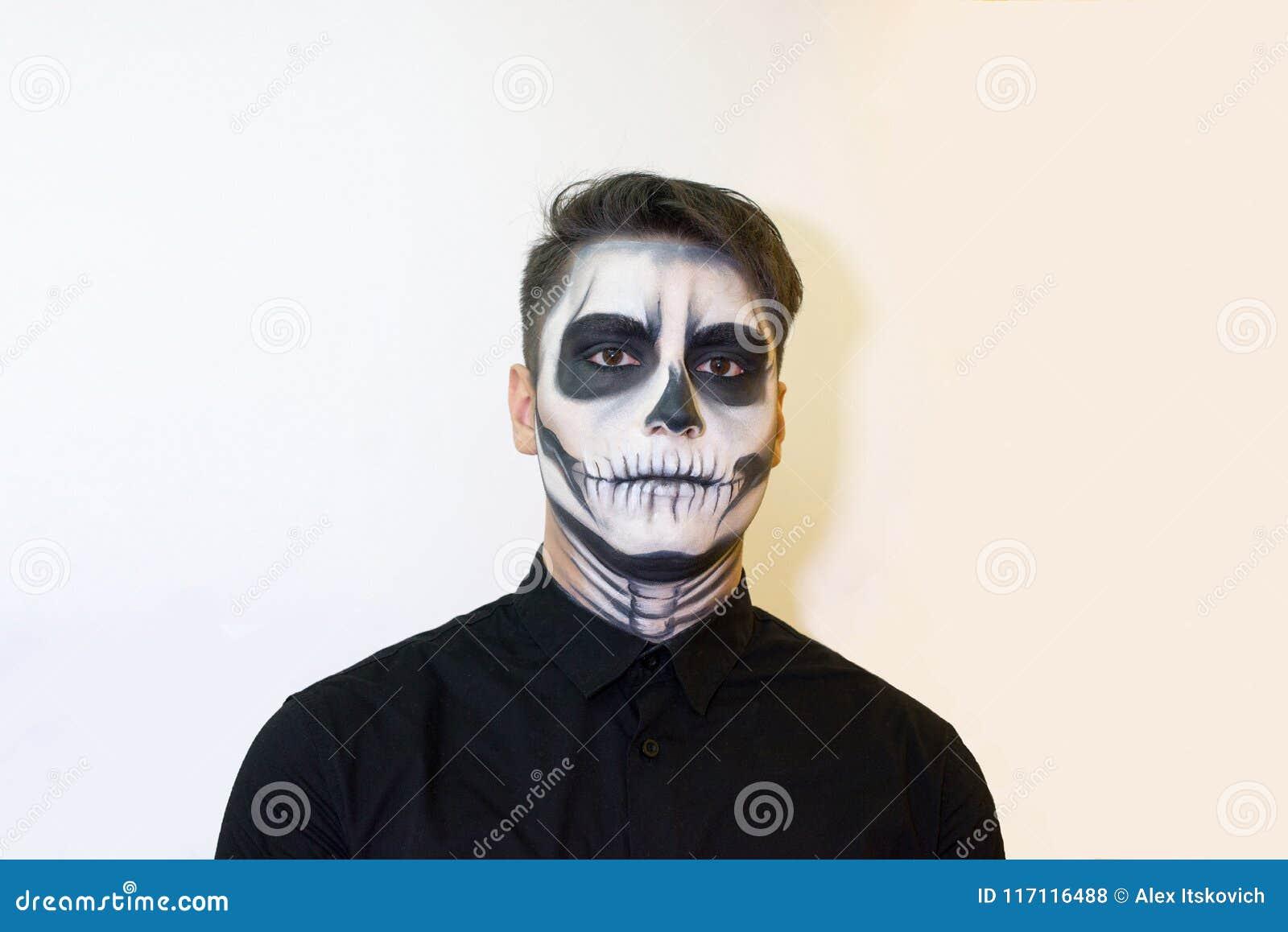 Trucco Halloween Vampiro Uomo.Uomo Nel Trucco Halloween Disegno Del Vampiro Scheletro Sul Suo