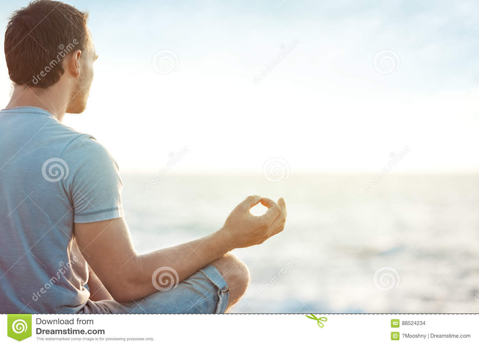Uomo nella meditazione vicino al mare