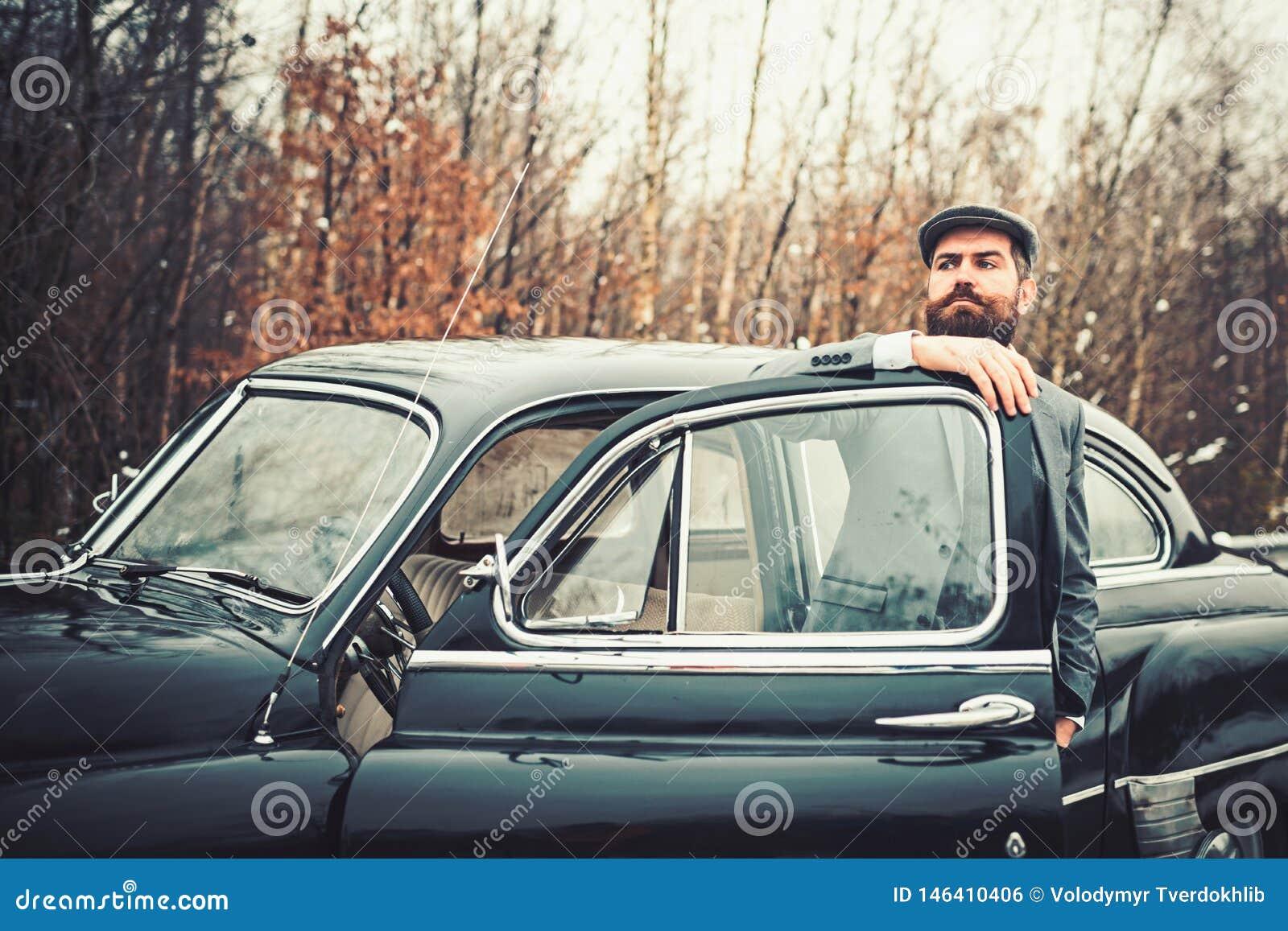 Uomo o guardia giurata della scorta E Ragazzo di chiamata in auto d annata Retro automobile della raccolta e riparazione automati