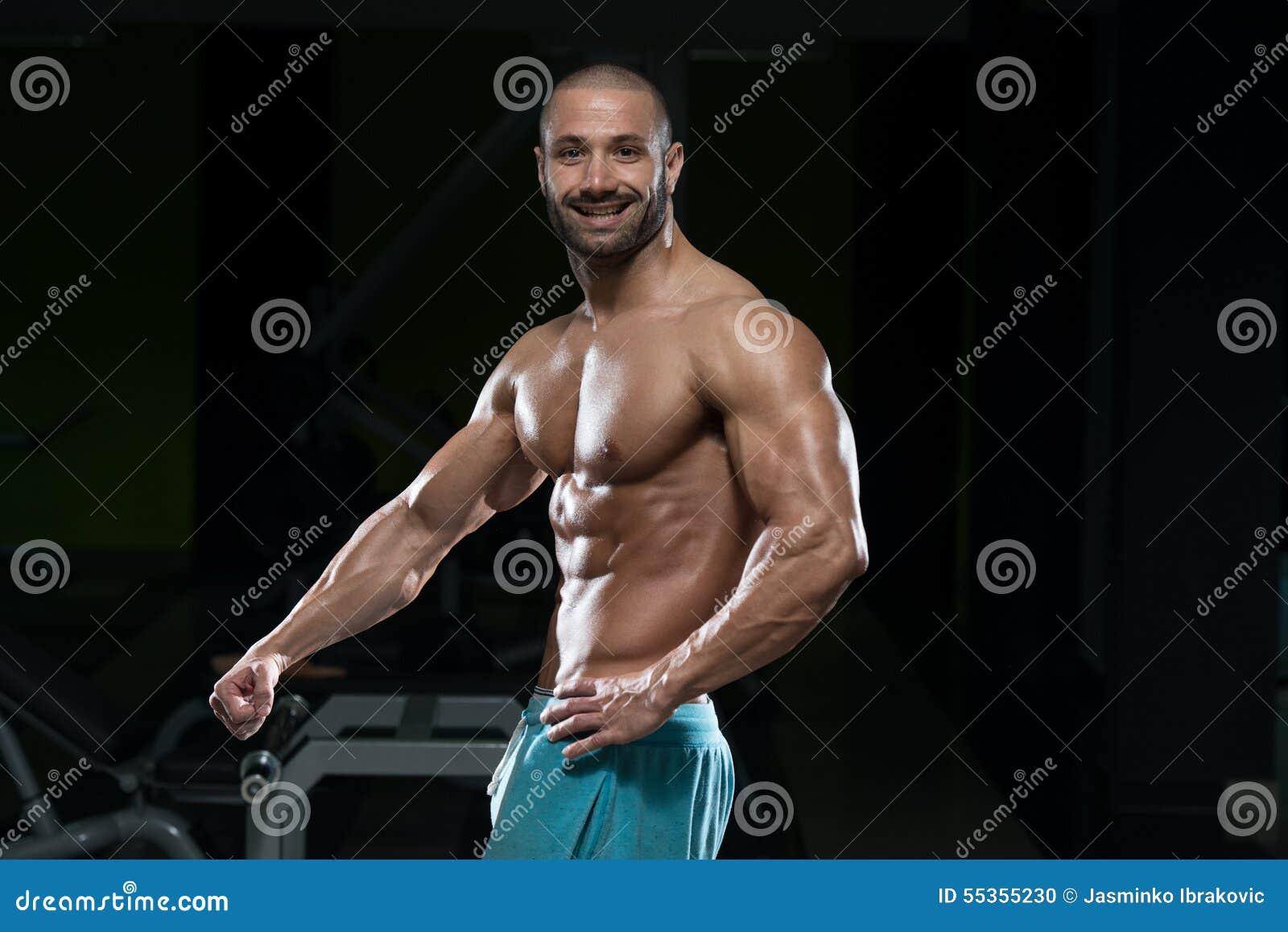Uomo in palestra che mostra il suo corpo ben preparato