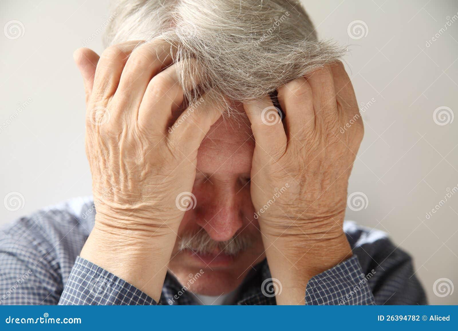 Uomo più anziano deprimente