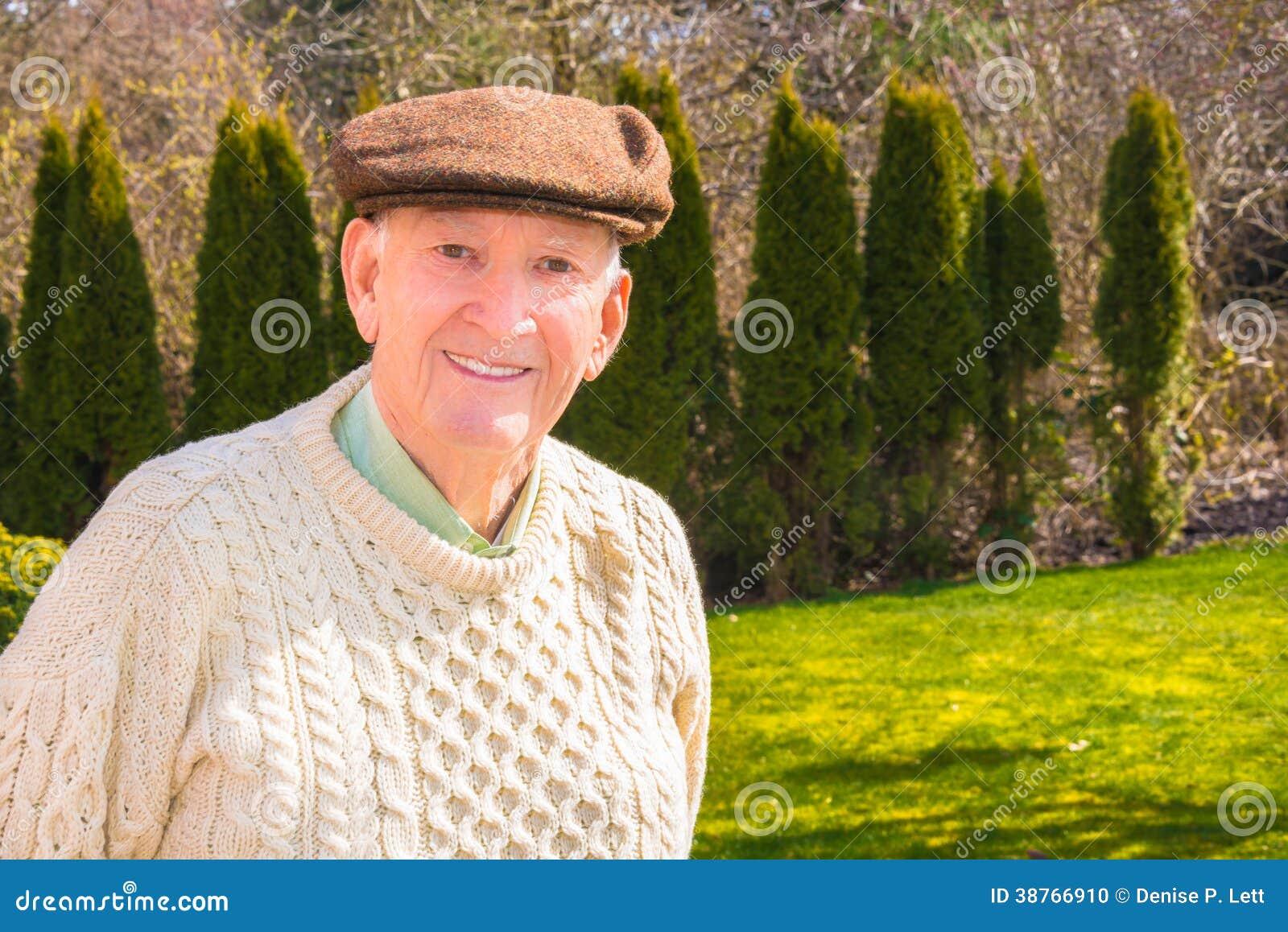 Uomo più anziano sorridente