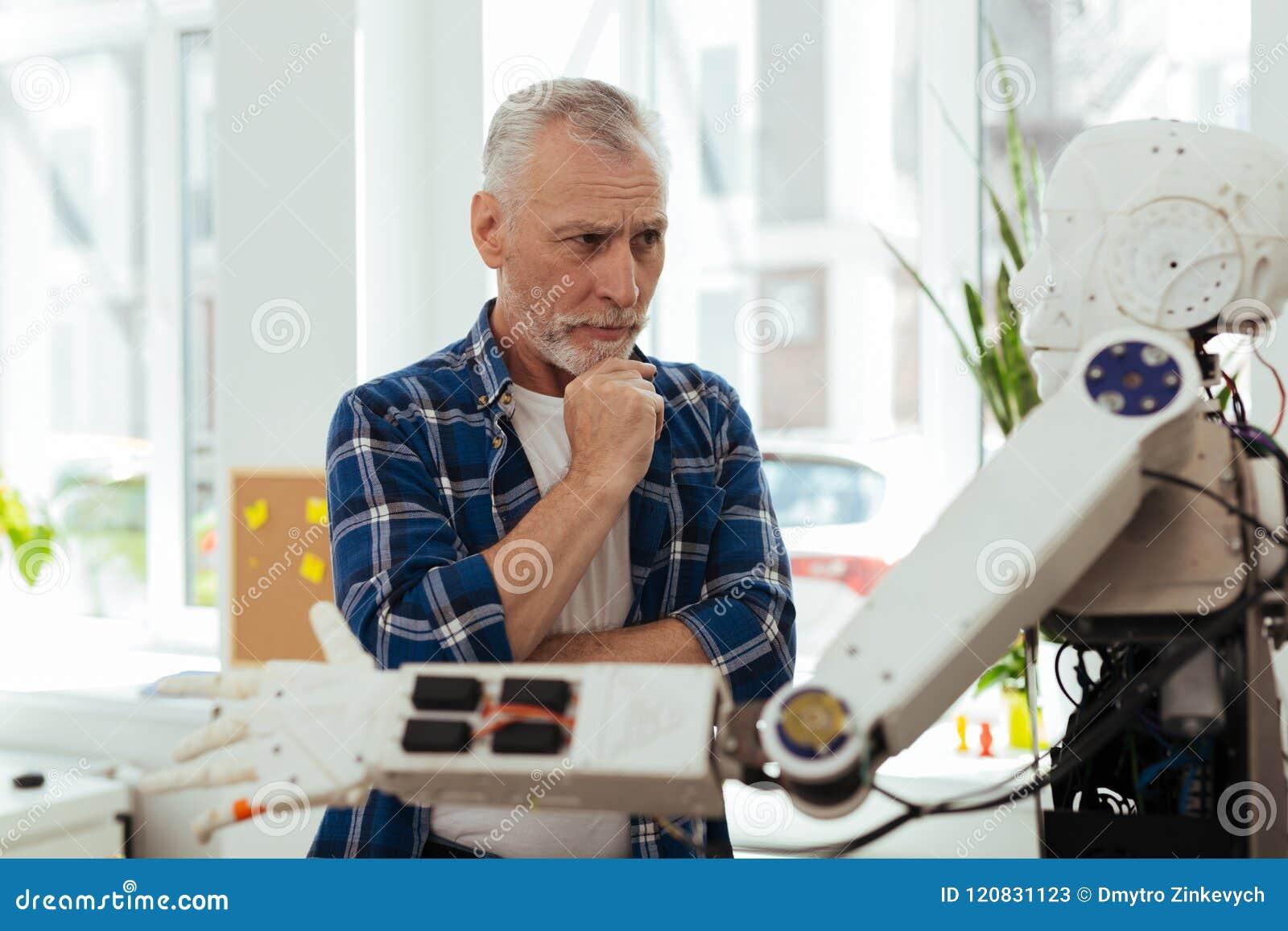 Uomo premuroso serio che cerca le nuove idee