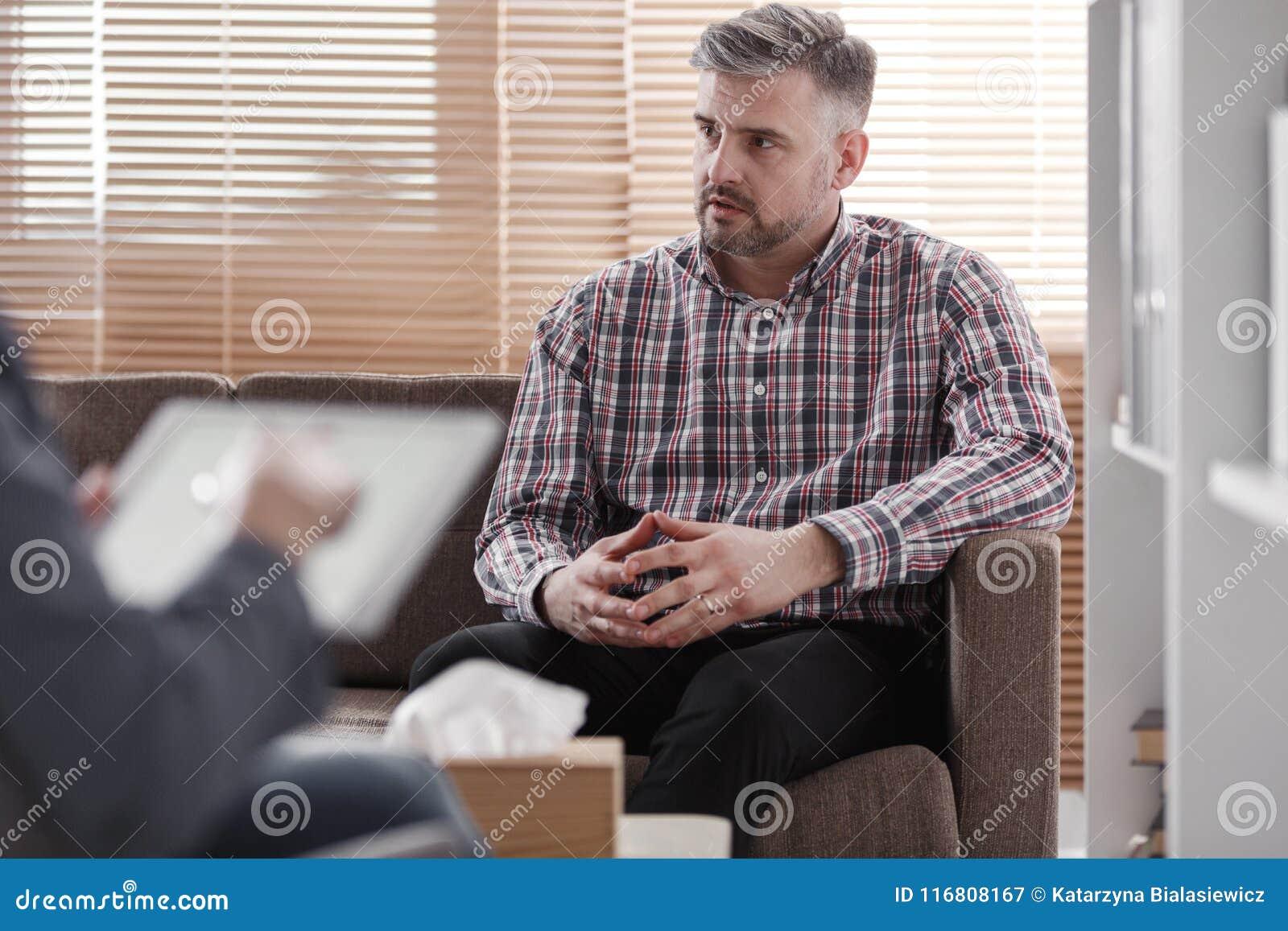 Uomo preoccupato che consulta problema coniugale