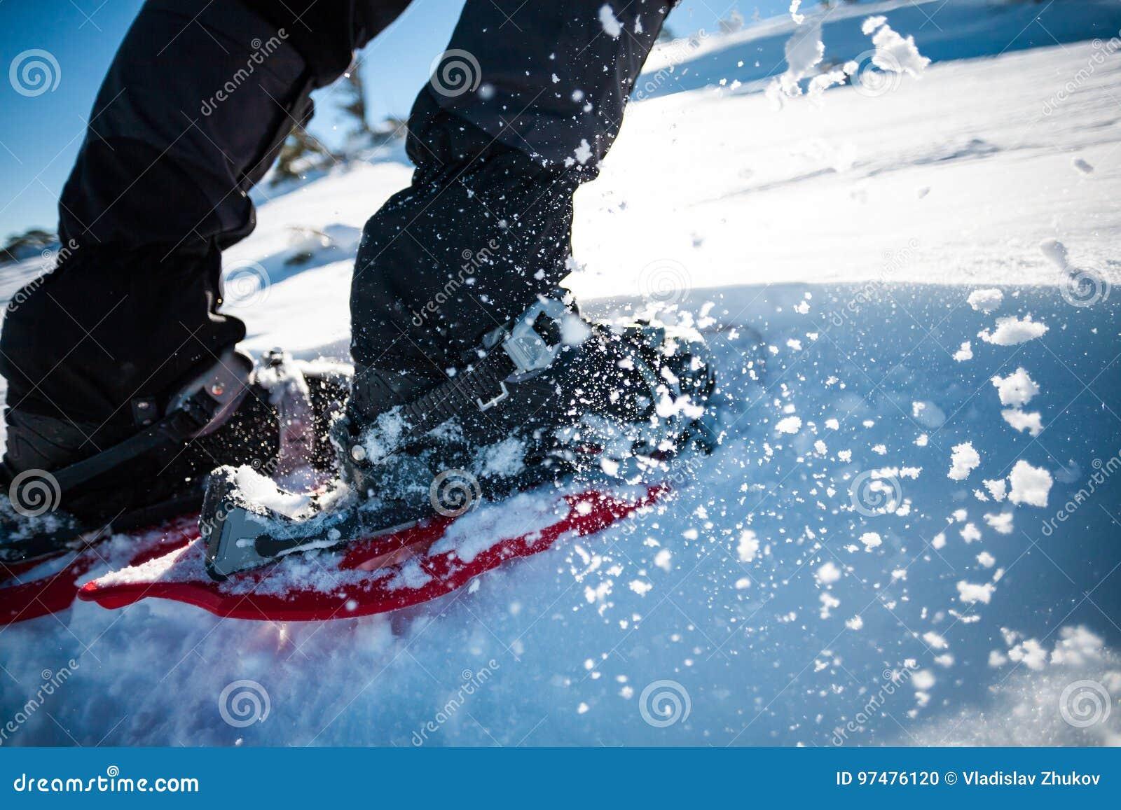 Uomo in racchette da neve