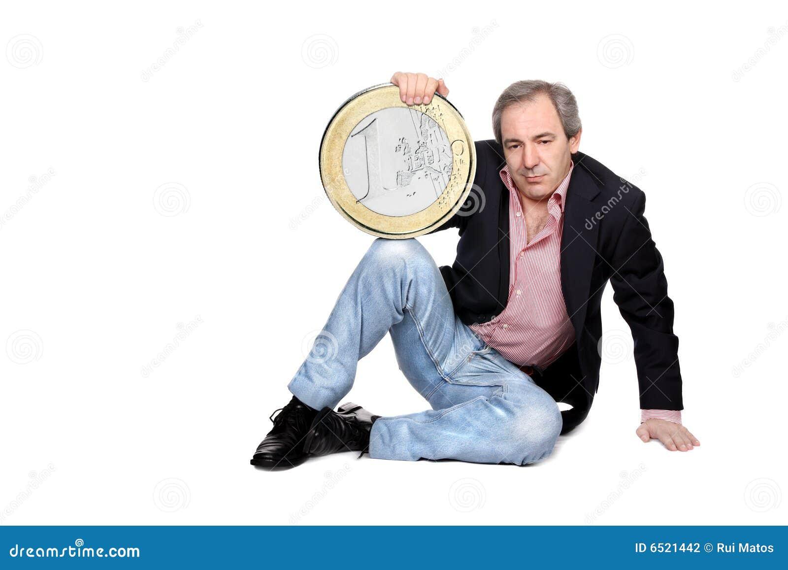 Uomo Relaxed che tiene un euro moneta