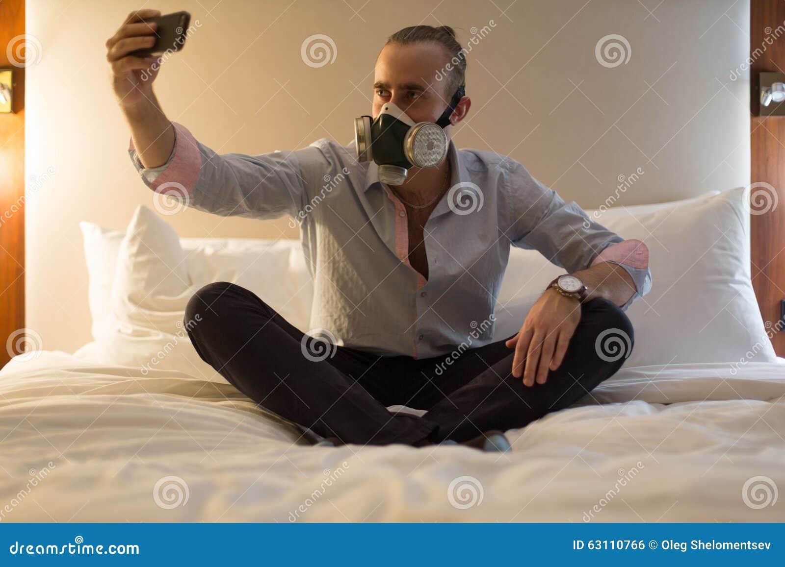 Uomo in respiratore sul letto fotografia stock immagine 63110766 - Far impazzire uomo a letto ...