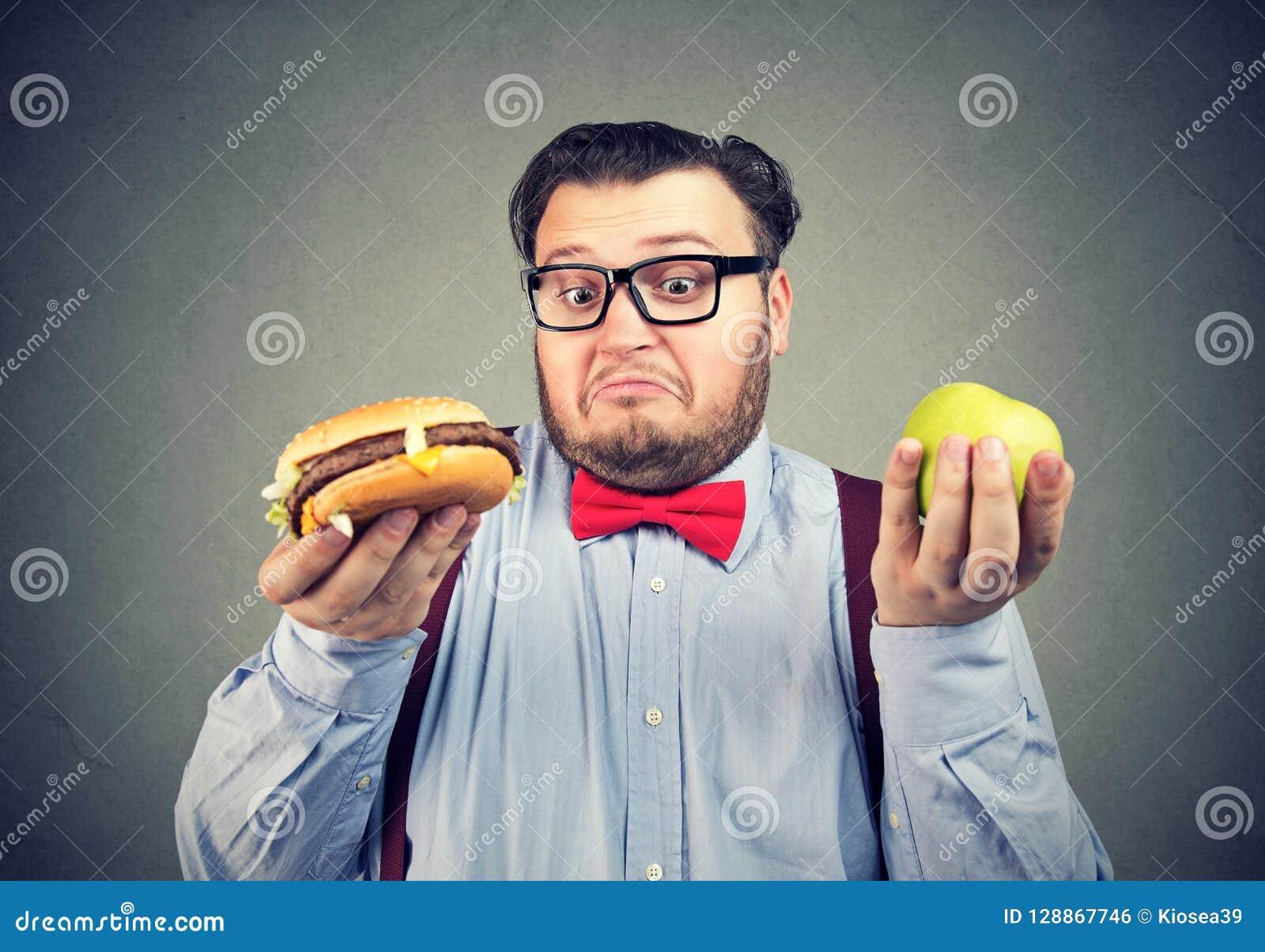Uomo robusto che opera scelta nella dieta