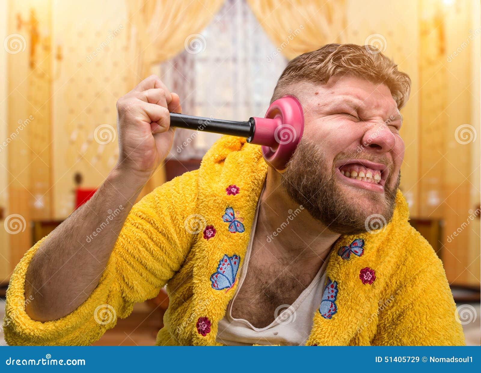Uomo sconosciuto con un tuffatore in suo orecchio