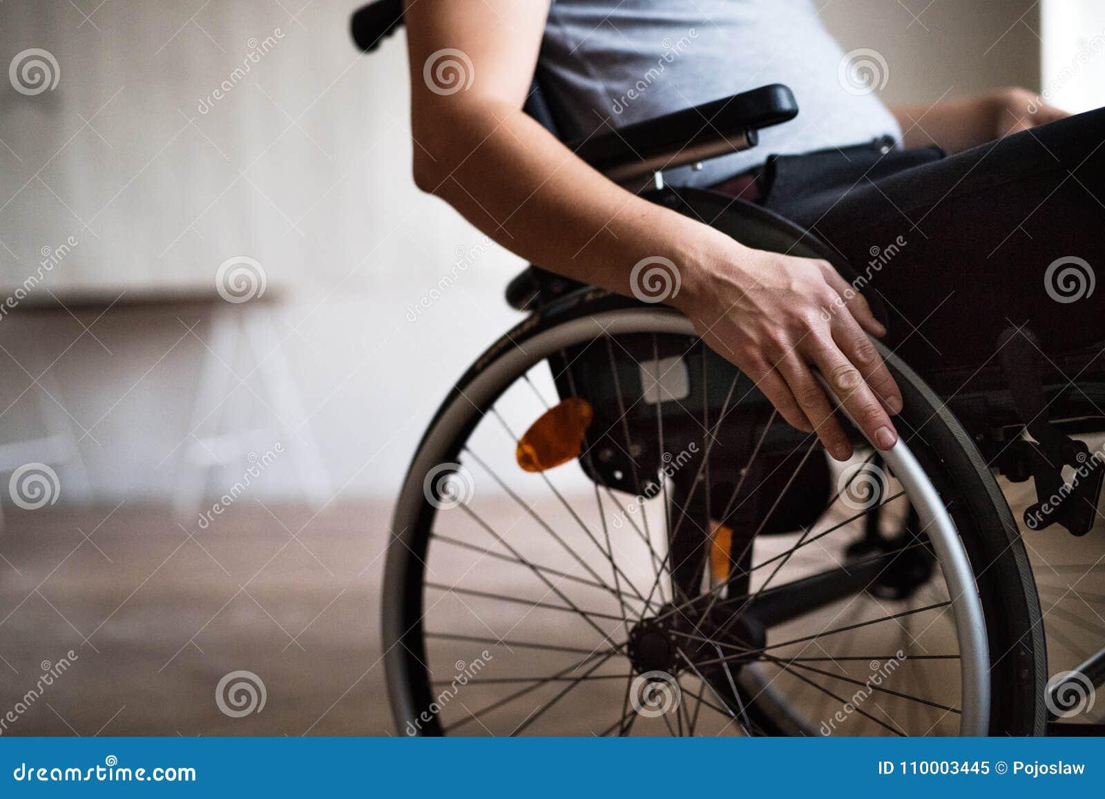 Uomo in sedia a rotelle a casa o in ufficio