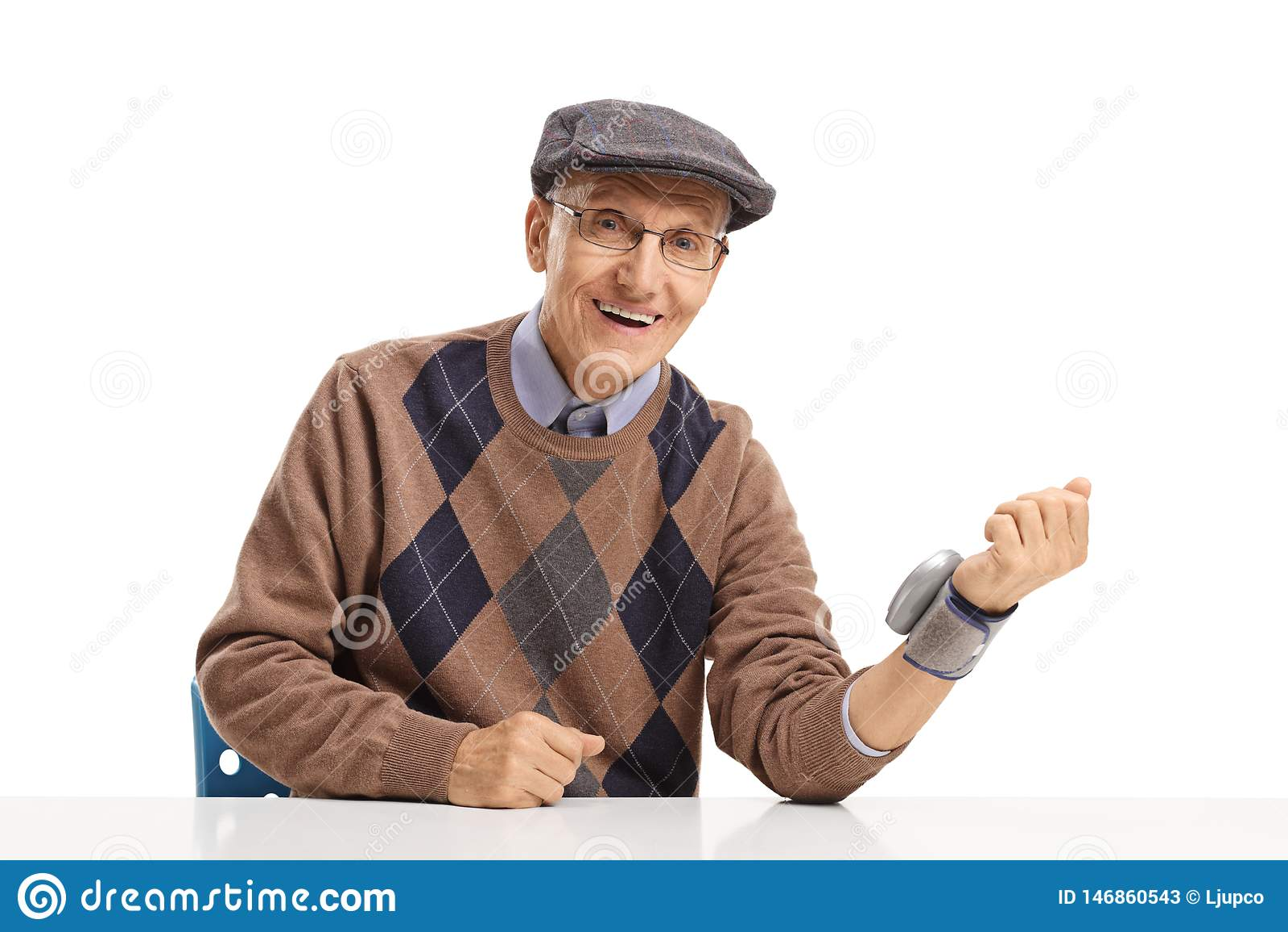 Uomo senior con il monitor di pressione sanguigna del polso