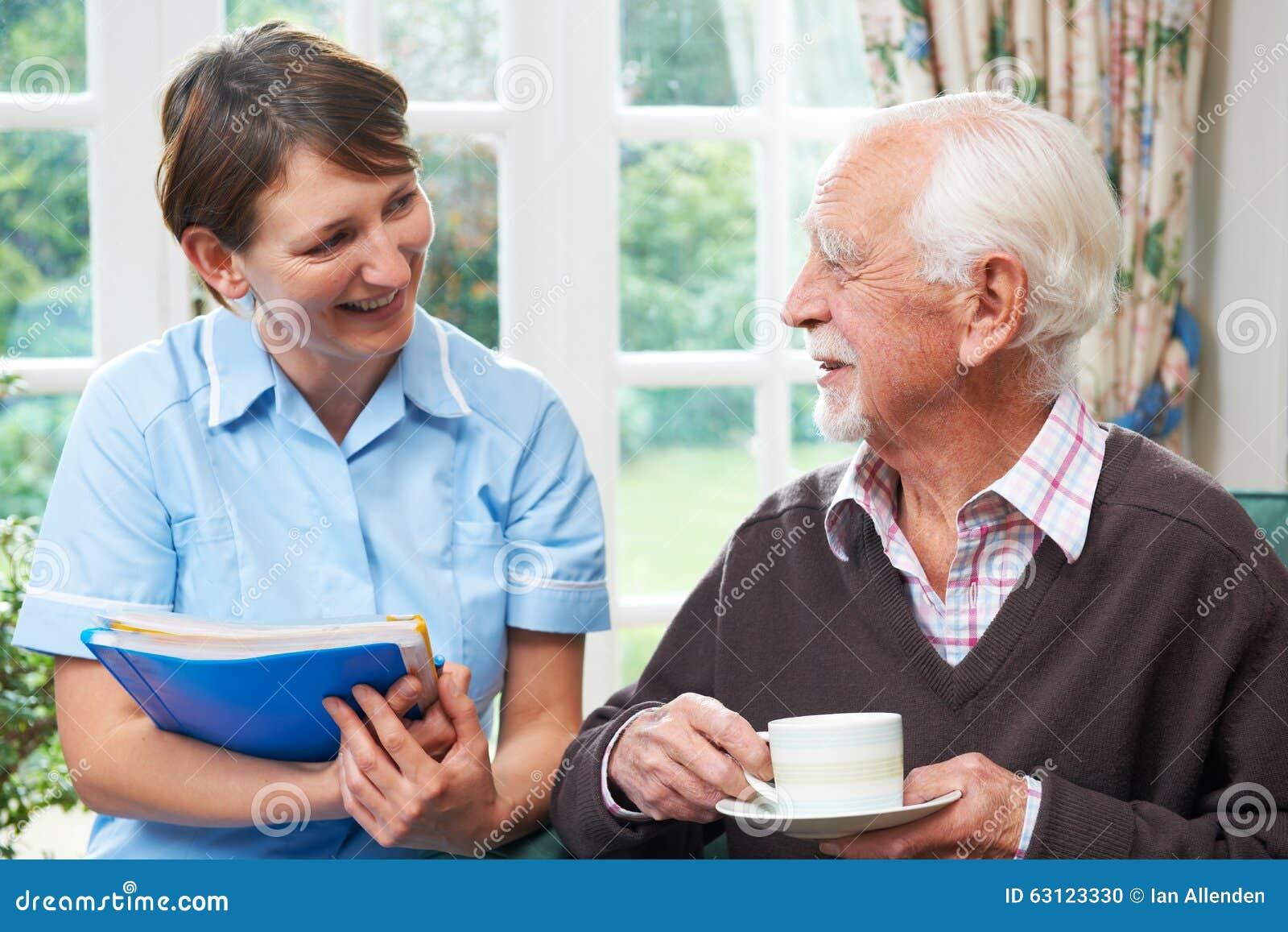 Uomo senior con il personale sanitario a casa