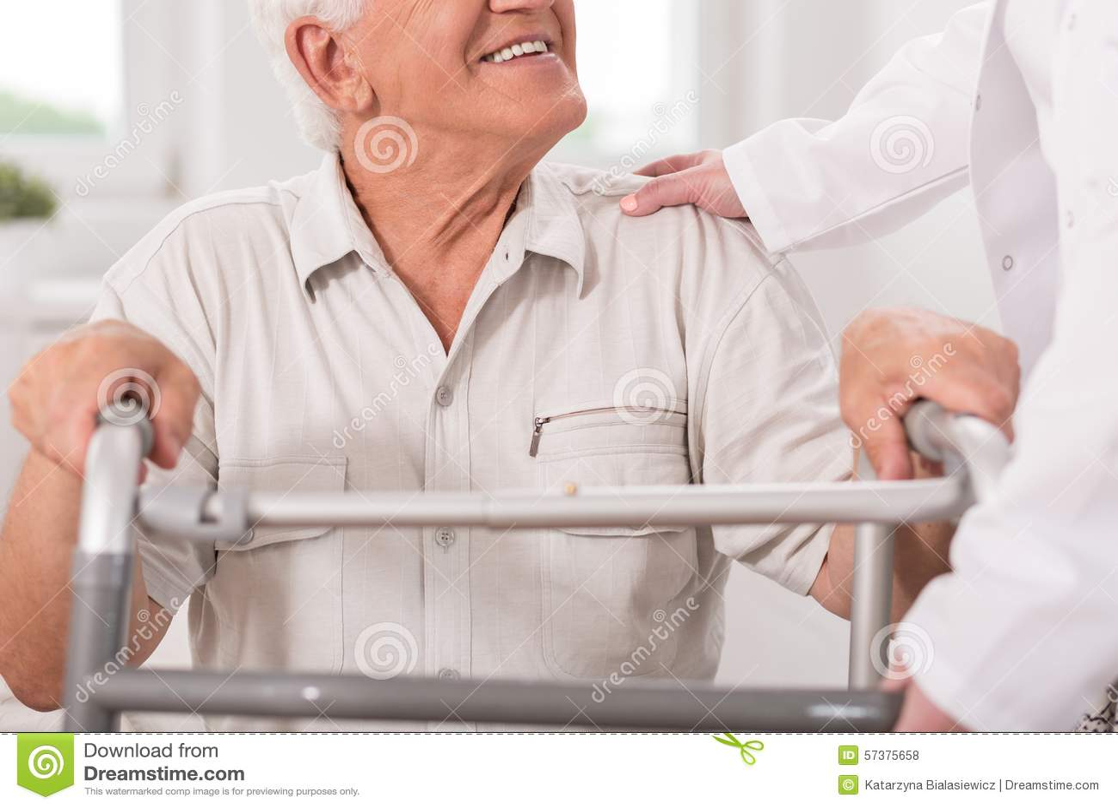 Uomo senior con zimmer di camminata