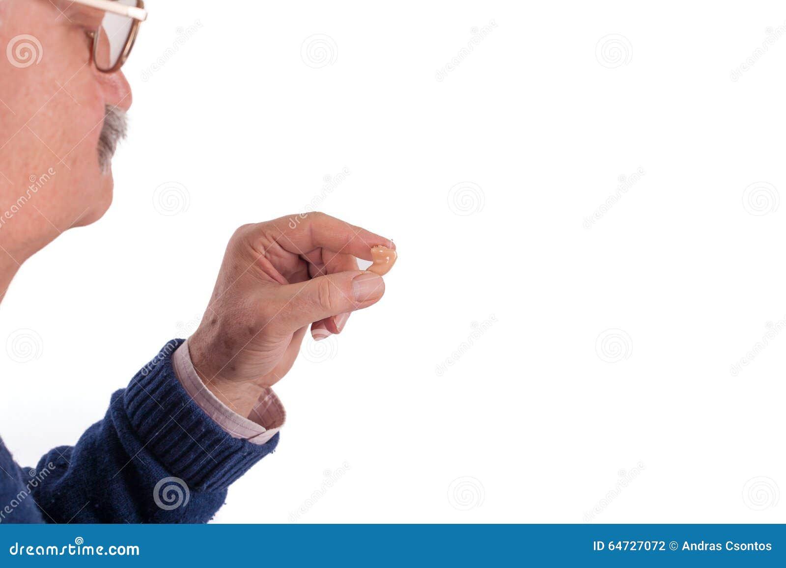 Uomo senior e la sua protesi acustica
