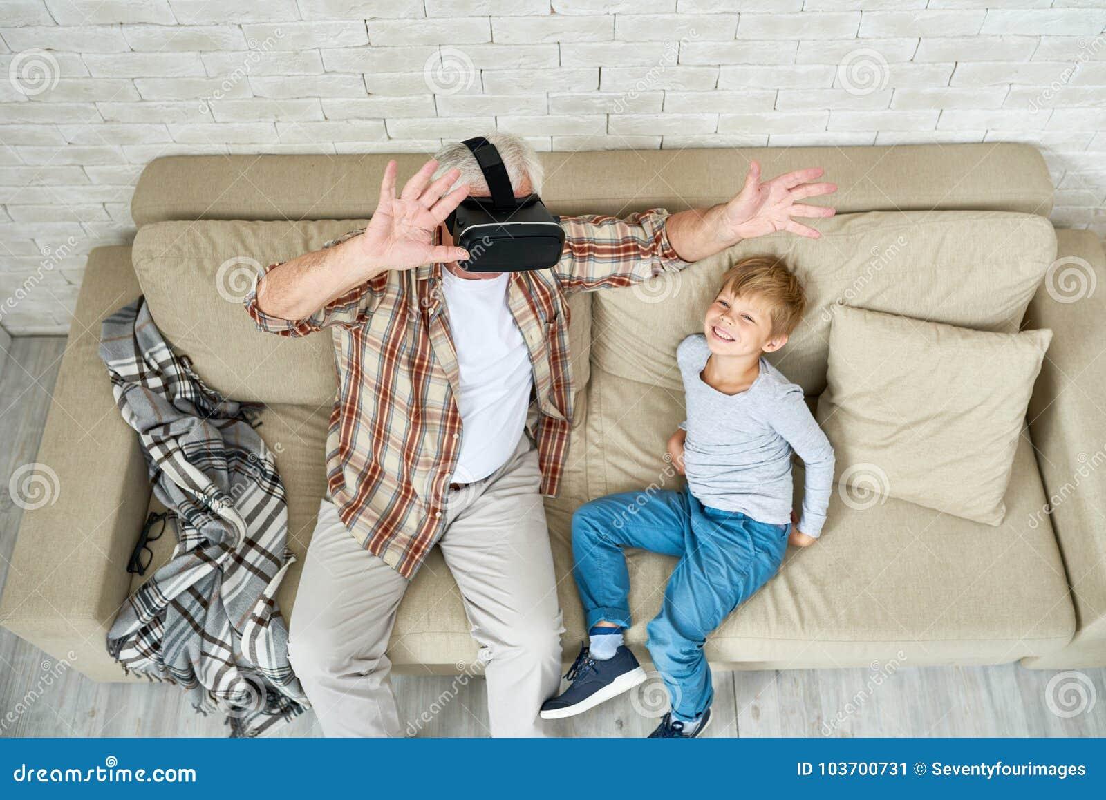Uomo senior emozionante che usando VR