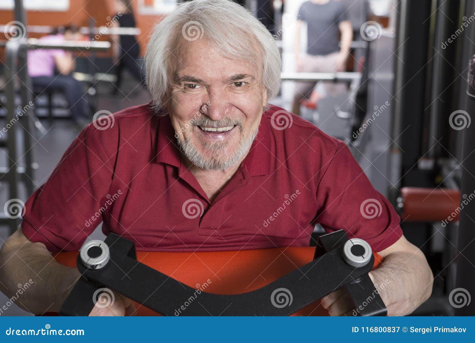 Uomo senior nel centro di forma fisica