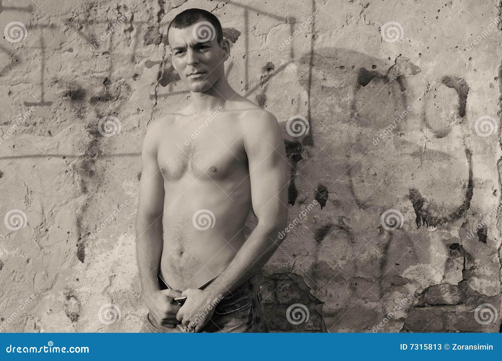 Uomo senza camicia