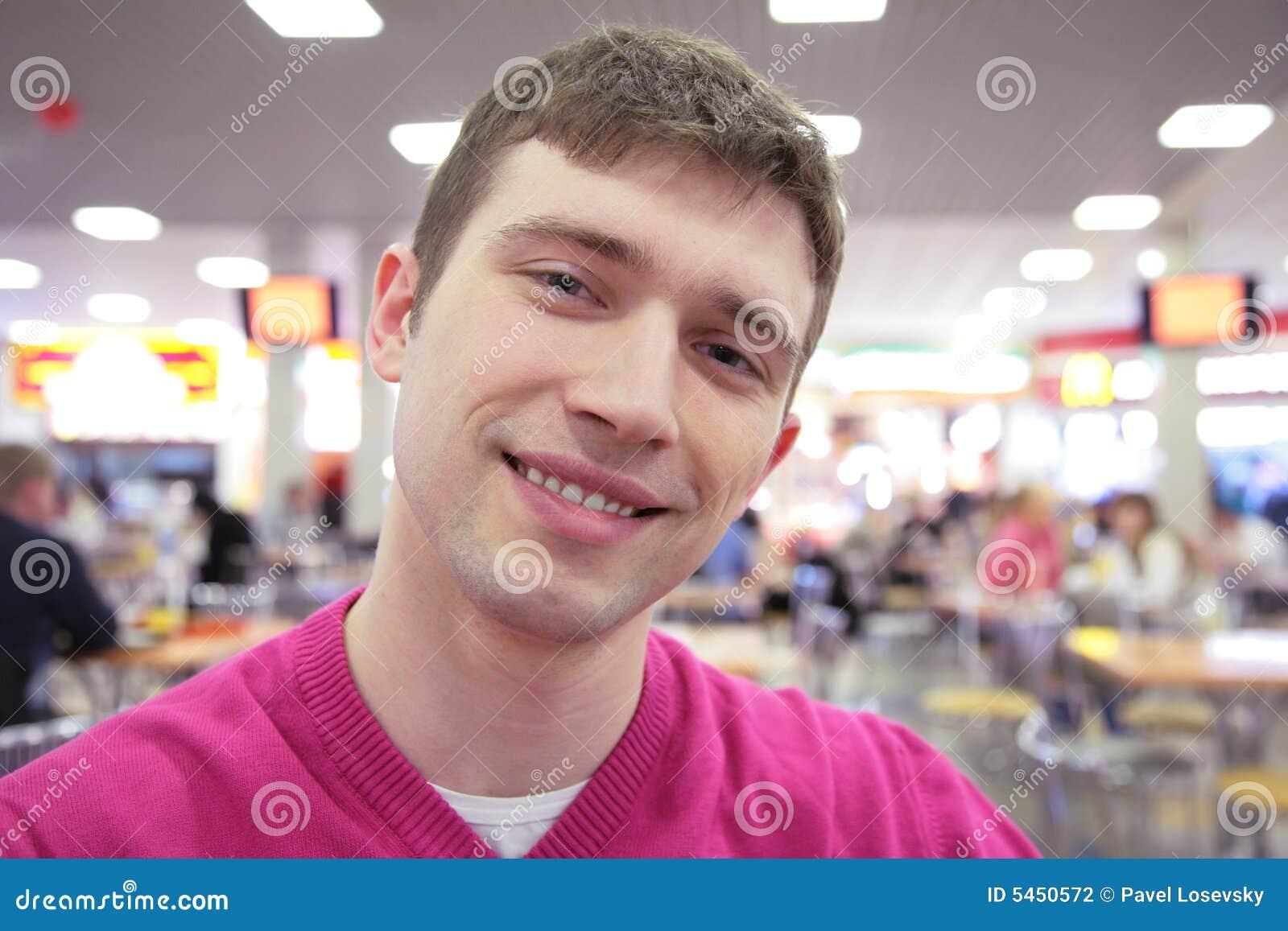 Uomo sorridente in caffè