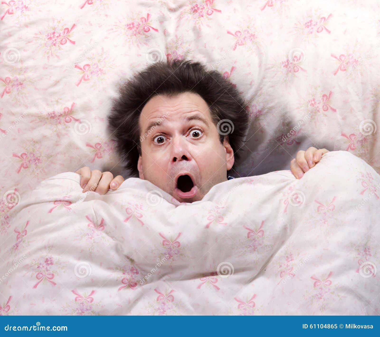 Uomo spaventato che si trova a letto immagine stock - Letto che si chiude ...