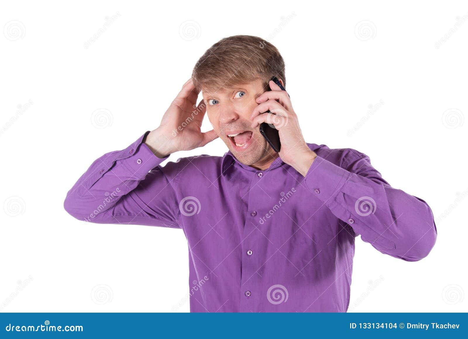 Uomo stupito di medio evo che parla sul telefono su fondo bianco