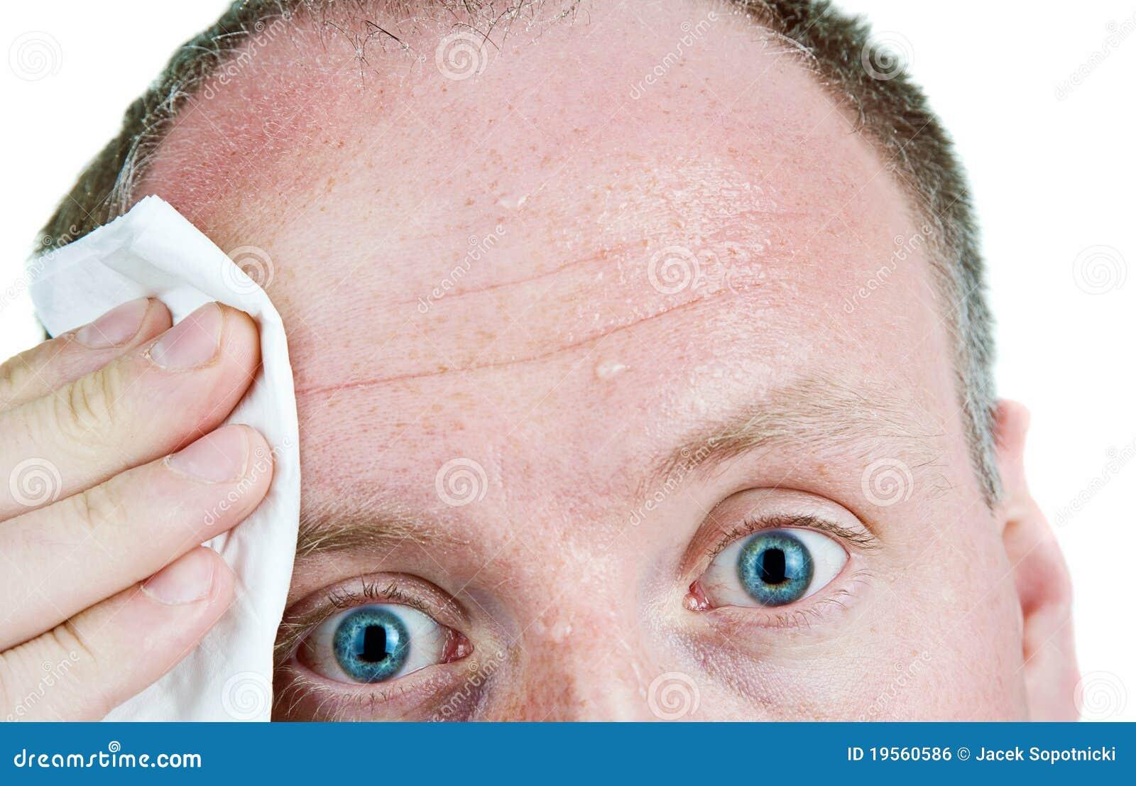 Uomo sudato che usando tessuto