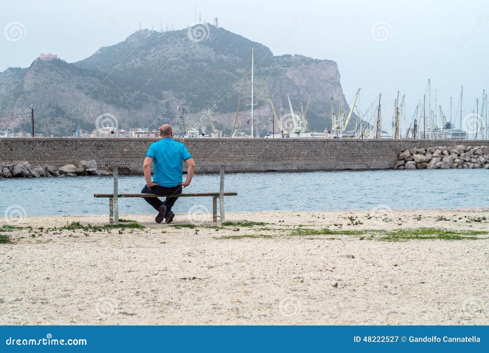 Uomo sul banco