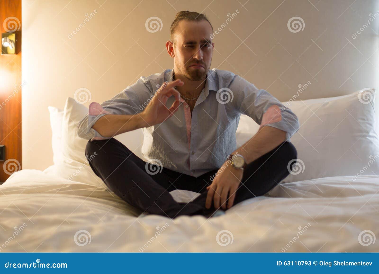 Uomo sul letto immagine stock immagine di adulto lampada - Uomo leone a letto ...