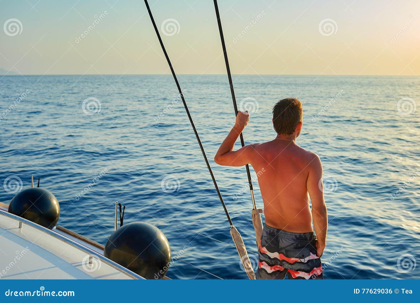 Uomo sull yacht