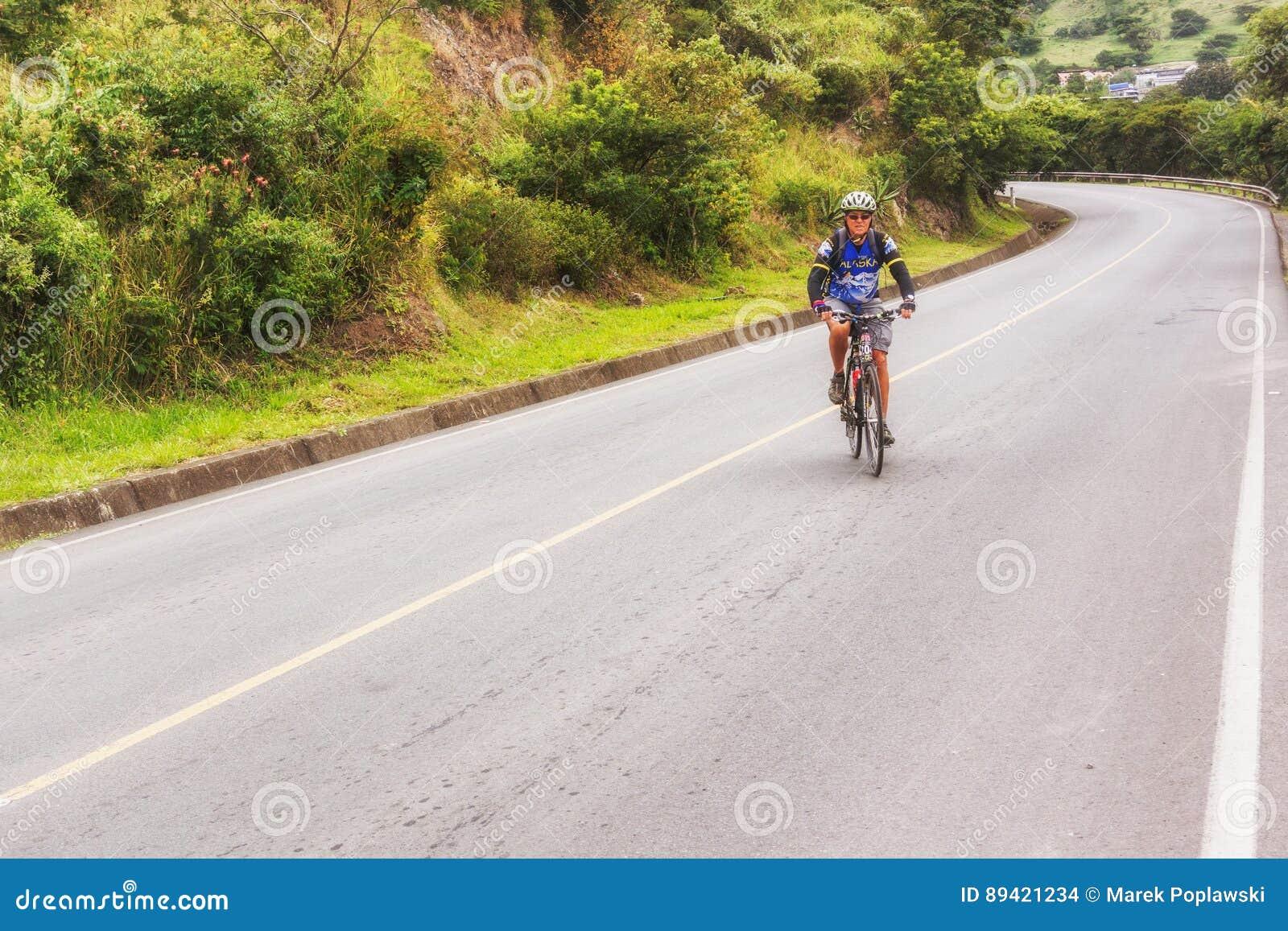 Uomo, sulla bicicletta sulla strada in montagne del Nicaragua