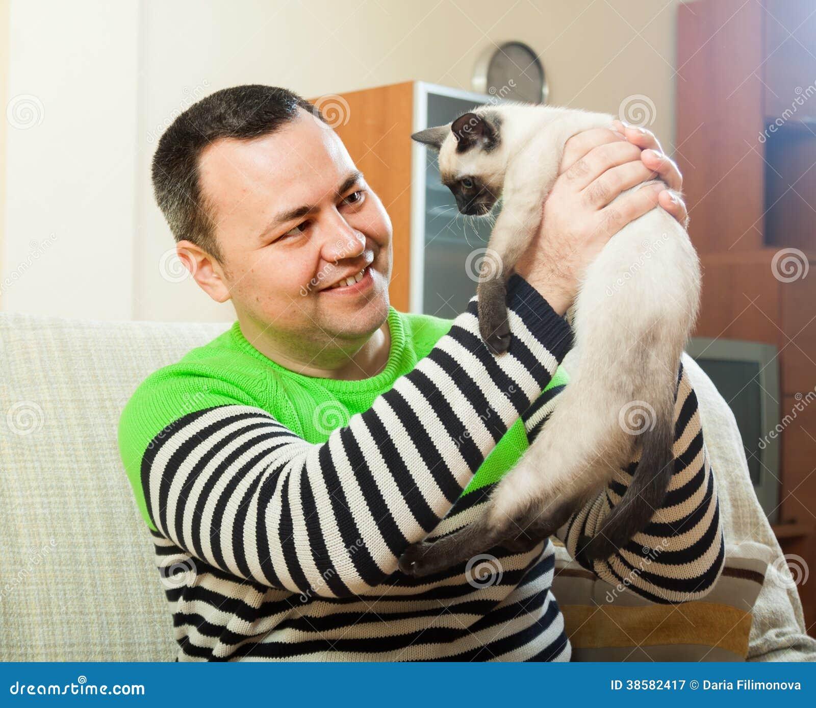 Uomo sullo strato con il piccolo animale domestico