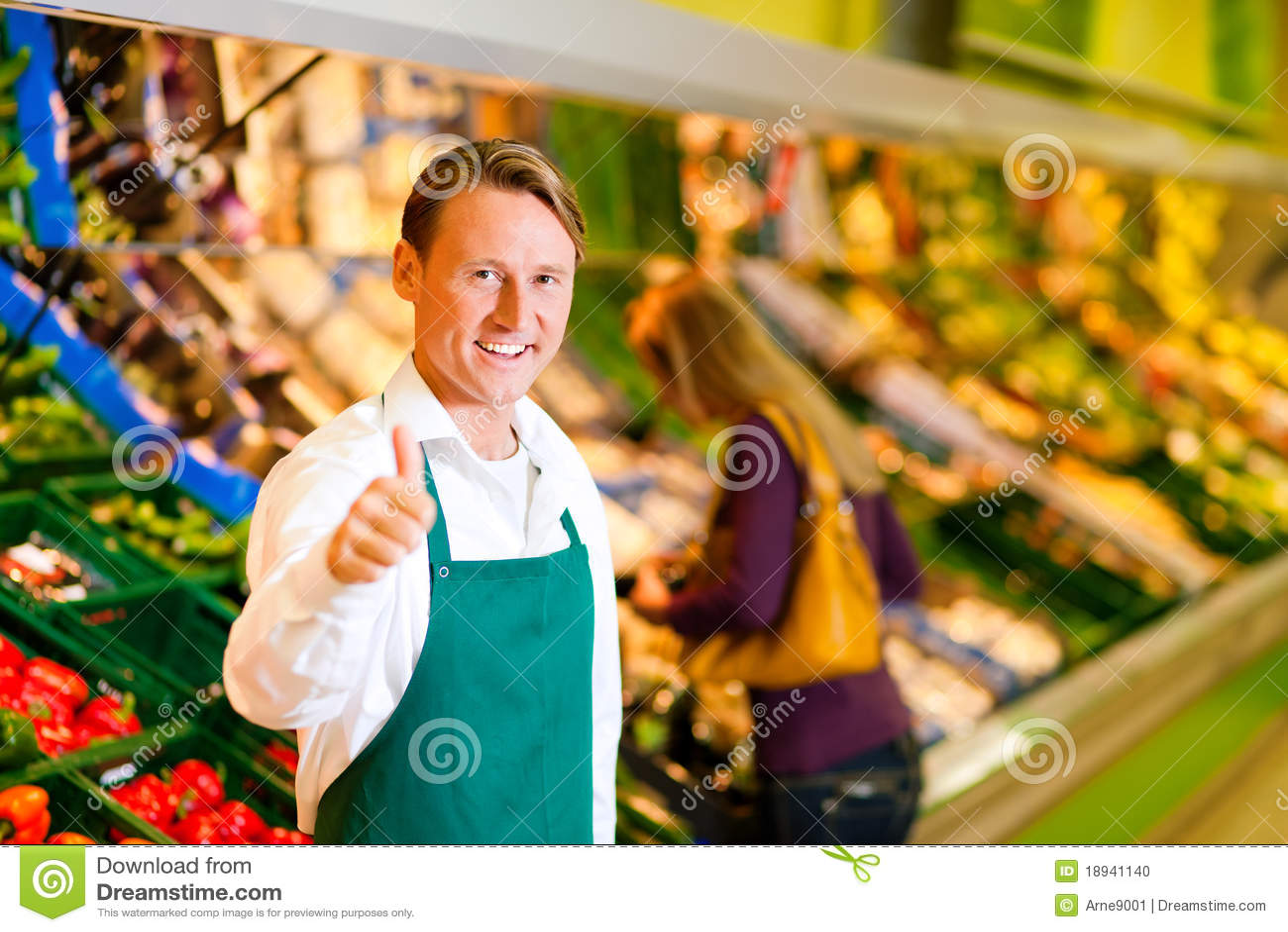 Uomo in supermercato come assistente di negozio